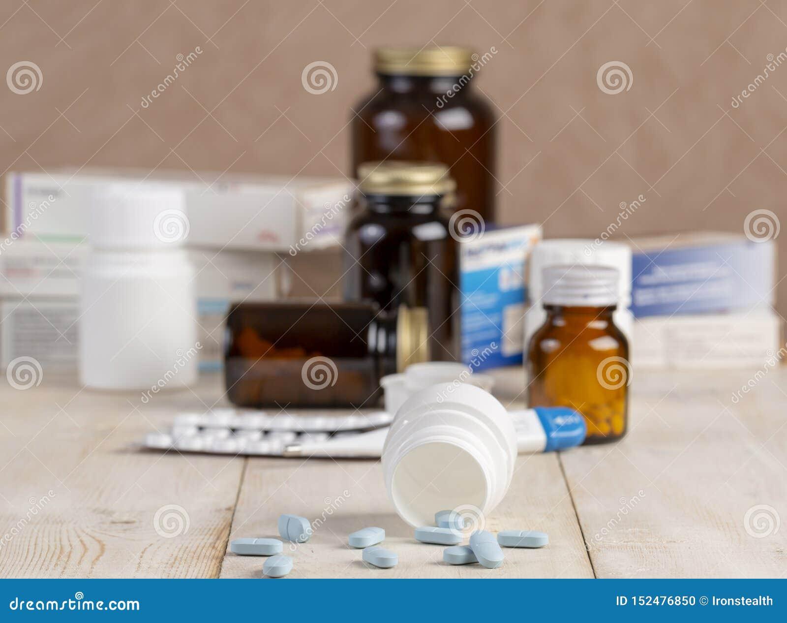 Grupa pudełka medycyny, pigułek butelki, termometr i bąble pigułki,