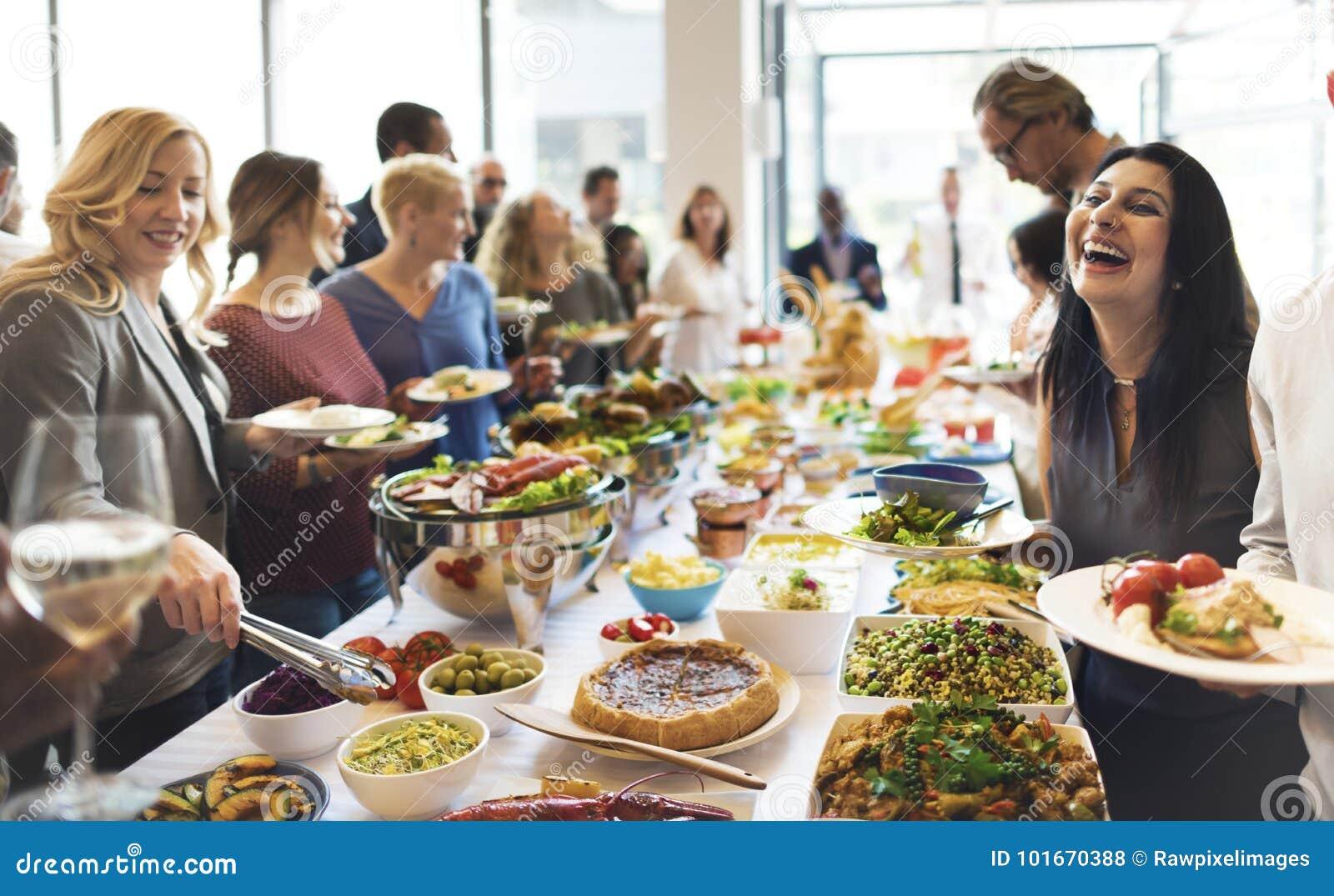 Grupa różnorodni ludzie ma lunch wpólnie