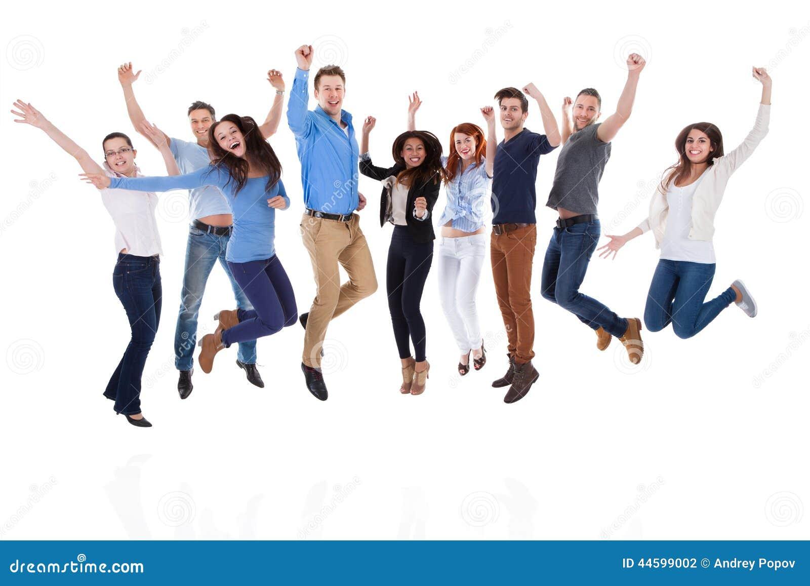 Grupa różnorodni ludzie podnosi ręki i doskakiwanie