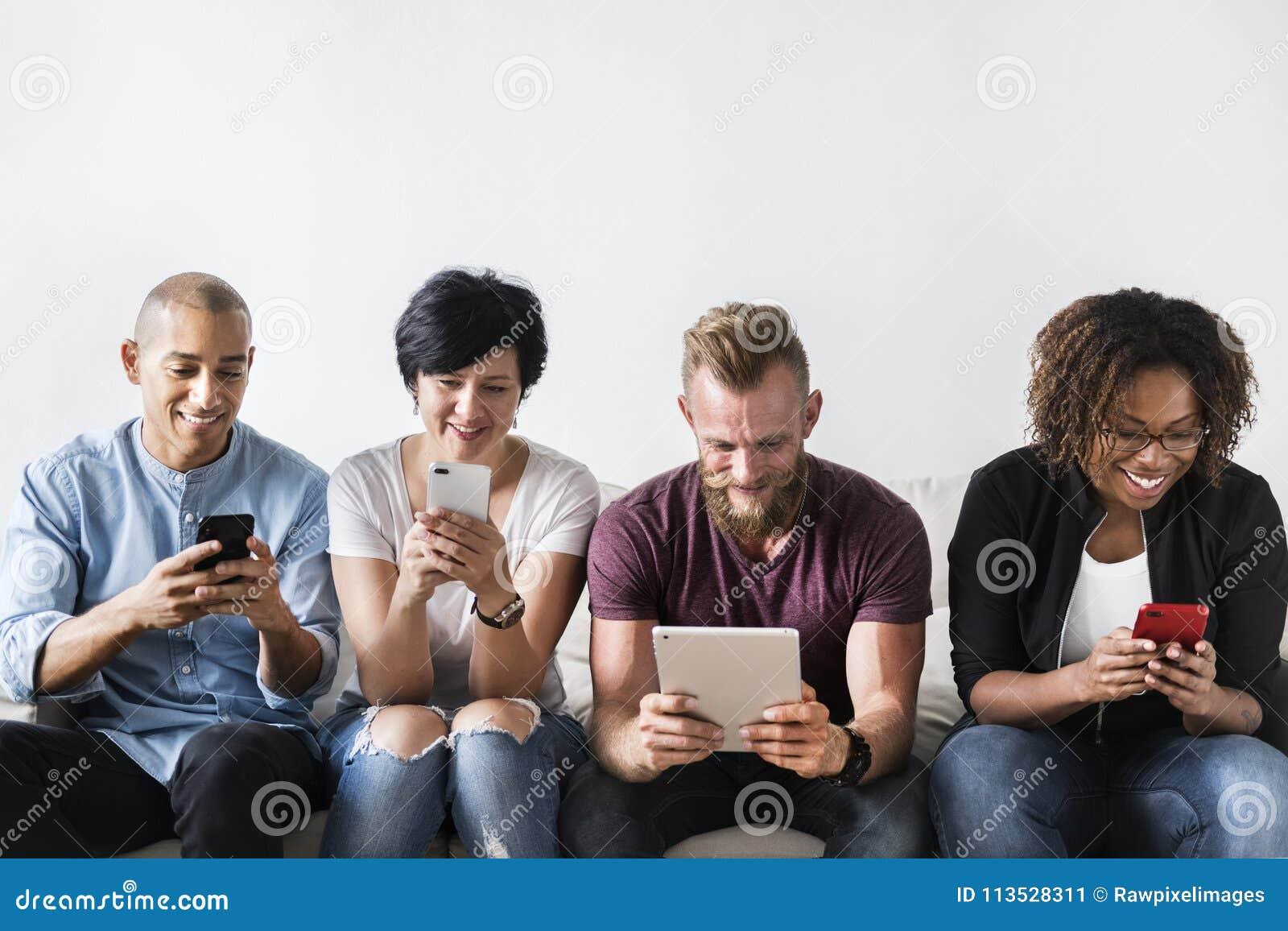Grupa Różnorodni ludzie Używa Cyfrowych przyrząda