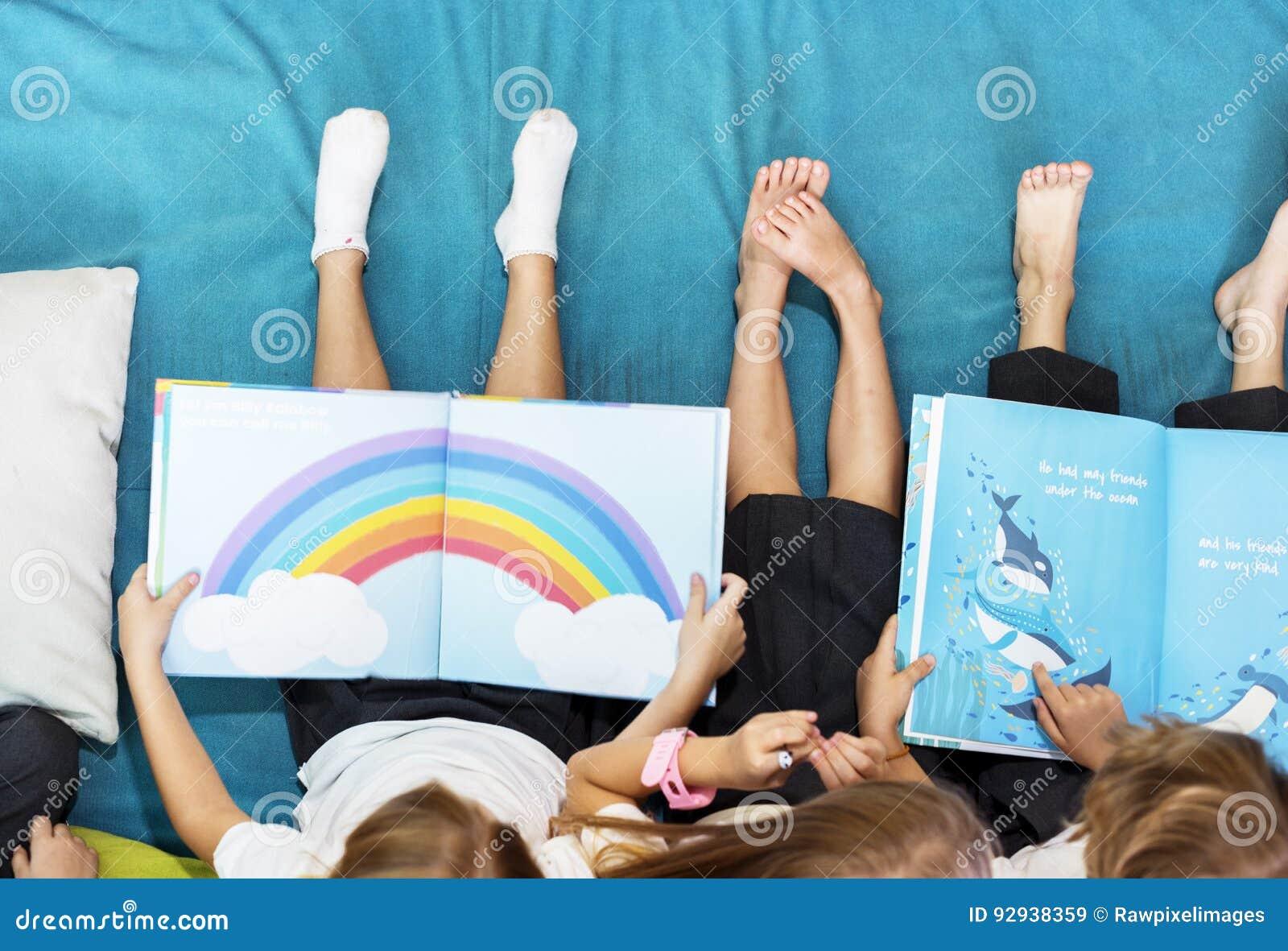 Grupa Różnorodni Młodzi ucznie Czyta dzieciom opowieści książkę Toge