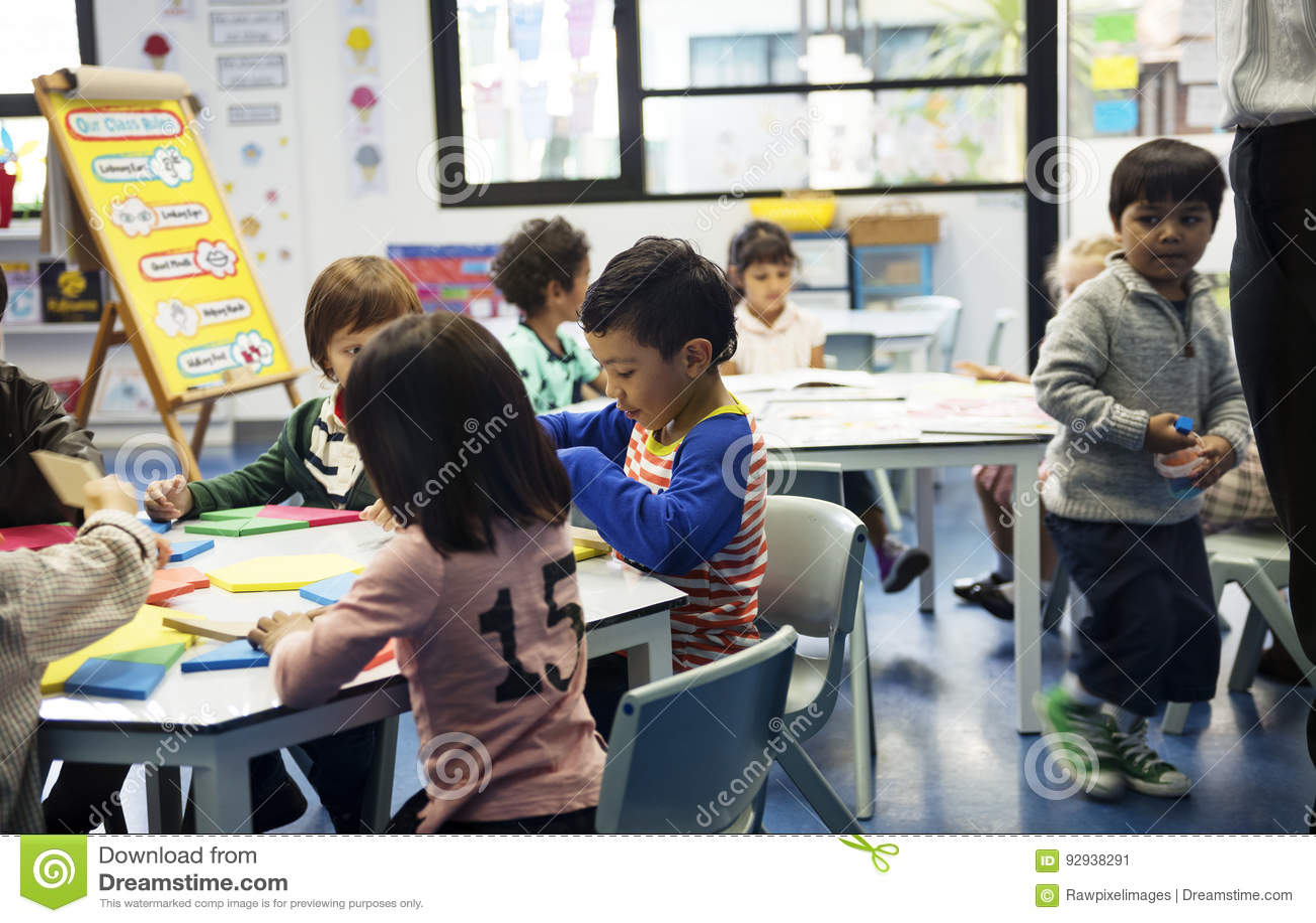 Grupa różnorodni ucznie przy daycare
