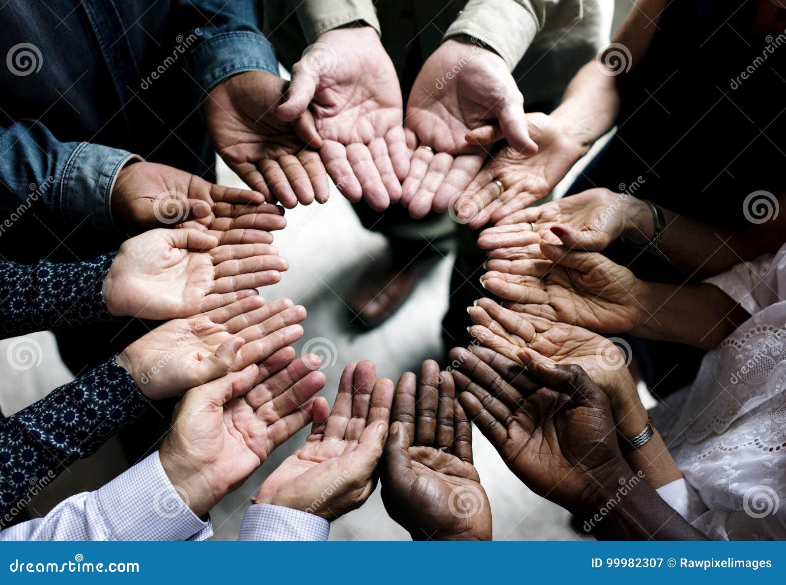 Grupa różnorodny ręk palm okręgu poparcia wpólnie pracy zespołowej widok z lotu ptaka