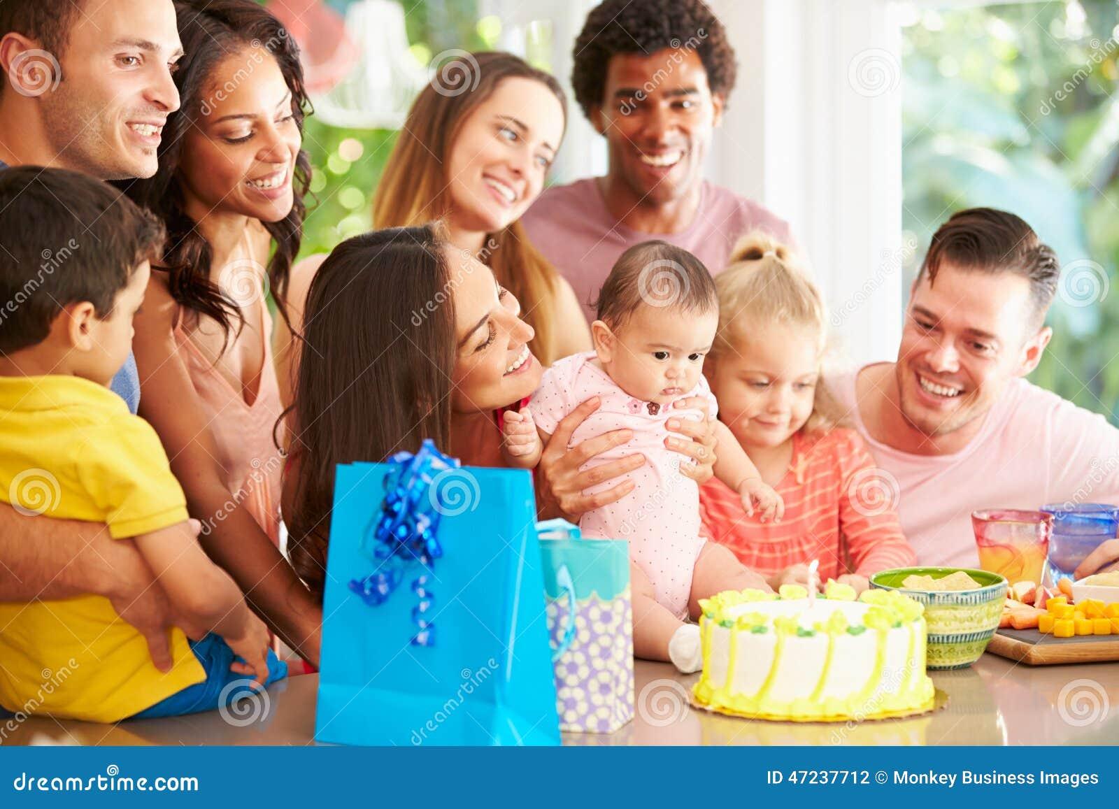 Grupa rodziny Świętuje dziecko Pierwszy urodziny W Domu