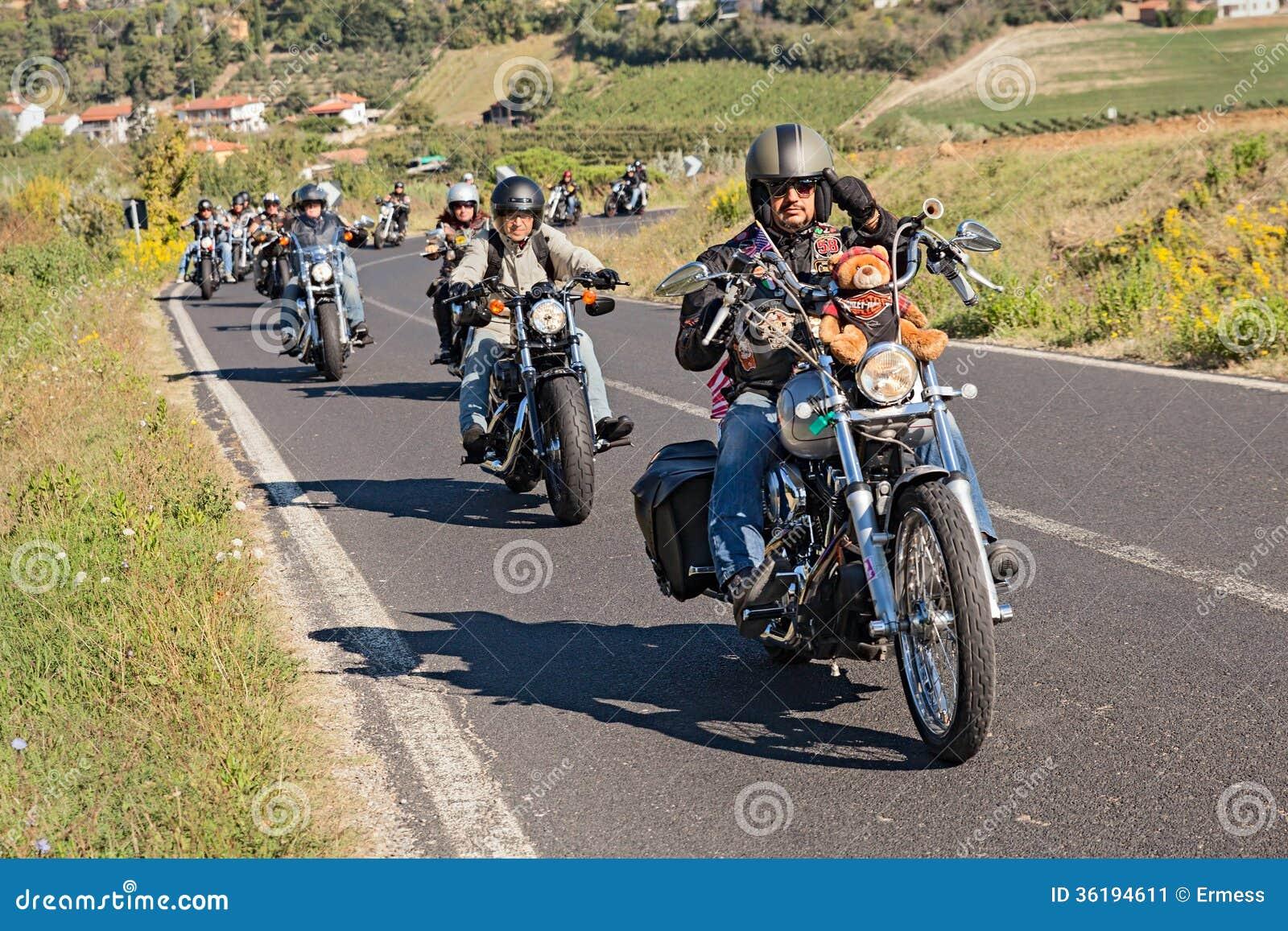Grupa rowerzyści jedzie Harley Davidson