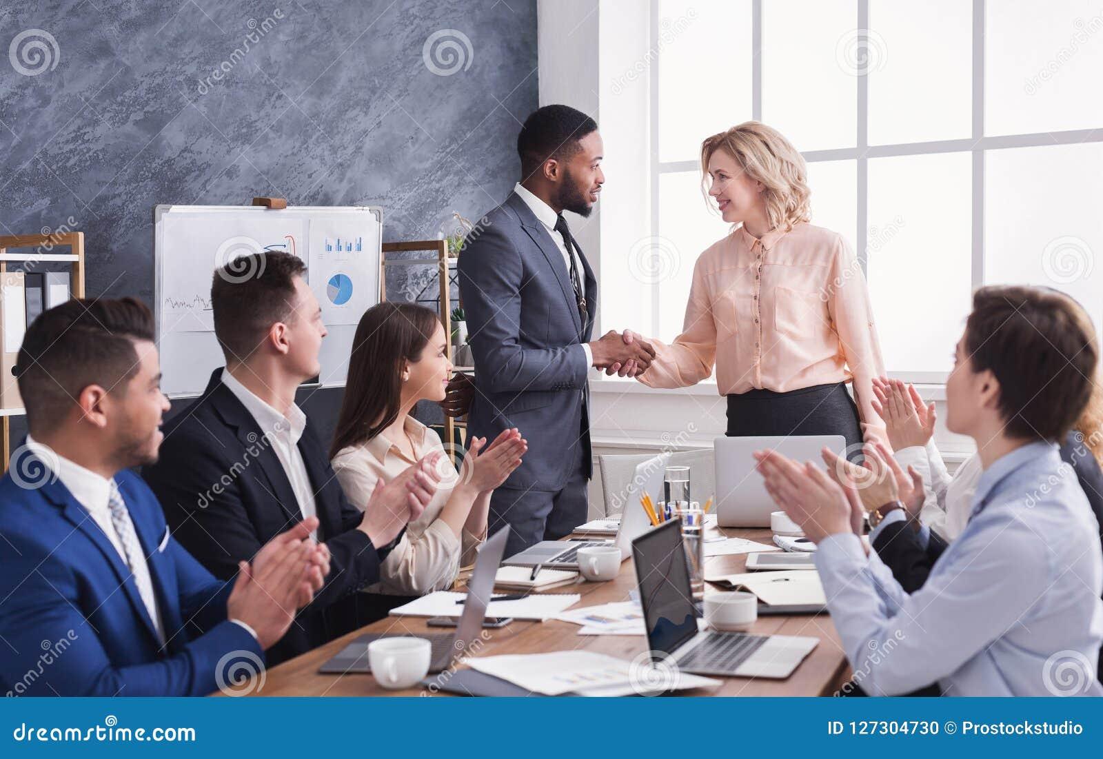 Grupa rozochoceni ludzie biznesu siedzi przy spotkaniem