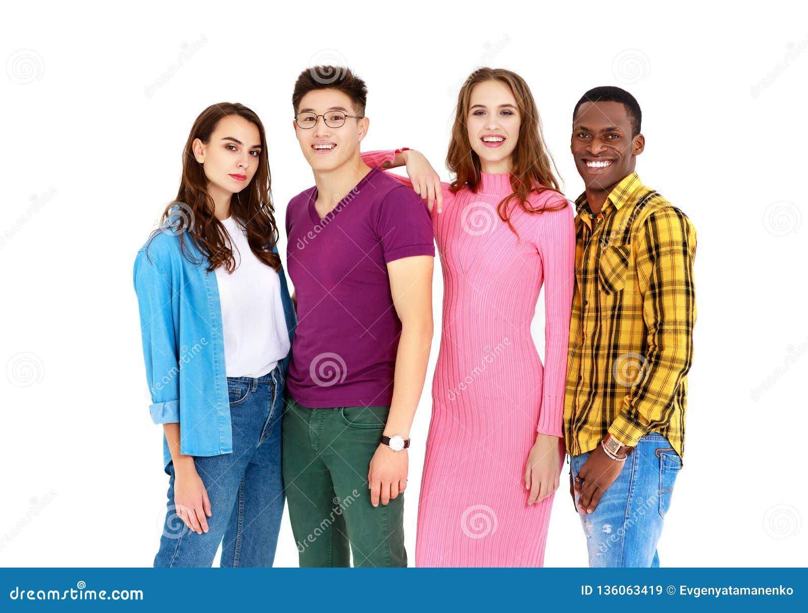 Grupa rozochoceni młodzi ludzie mężczyzn i kobiety odizolowywający na białym tle