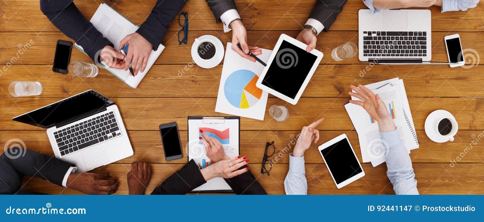 Grupa ruchliwie ludzie biznesu spotyka w biurze, odgórny widok