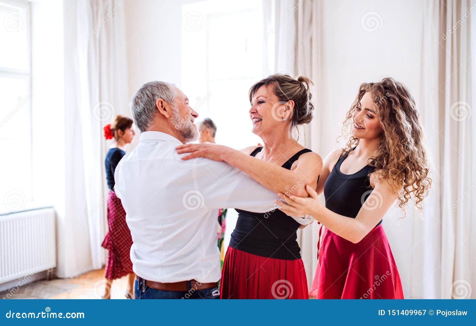 Grupa starszy ludzie w taniec klasie z tana nauczycielem