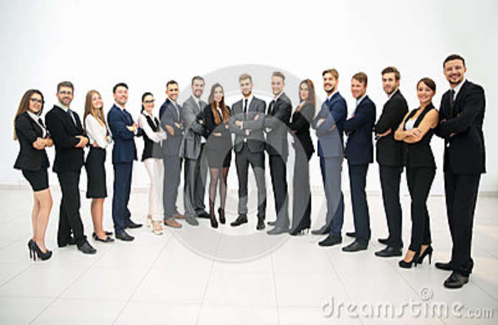 Grupa stoi z rzędu biznes drużyna