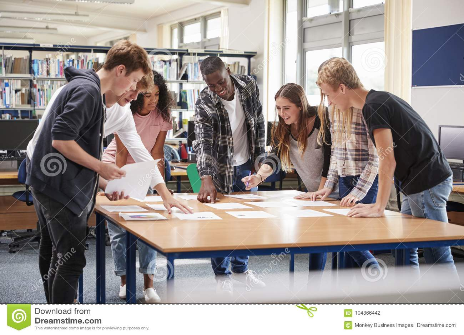 Grupa studenci collegu Kolaboruje Na projekcie W bibliotece