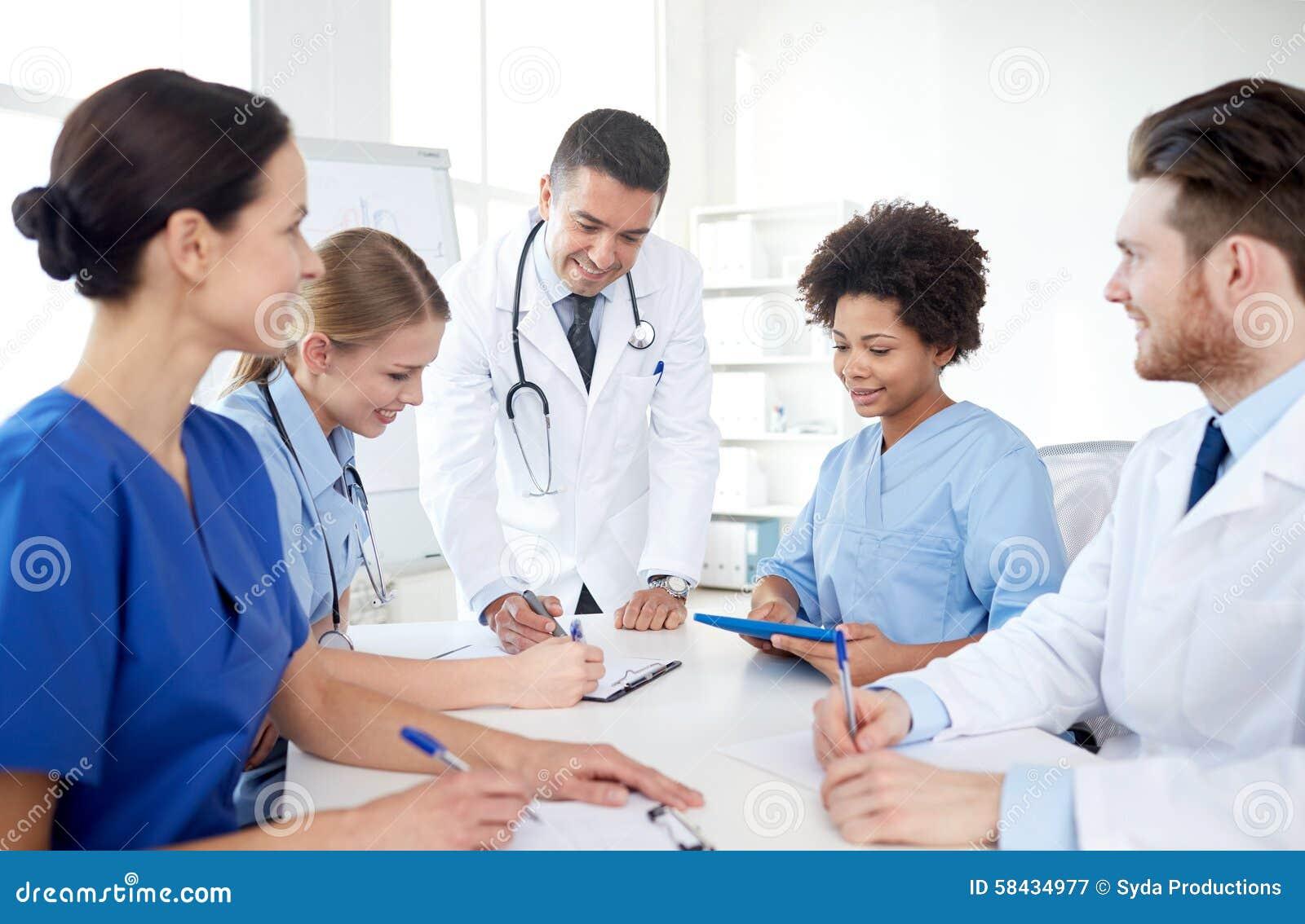 Grupa szczęśliwe lekarki spotyka przy szpitalnym biurem