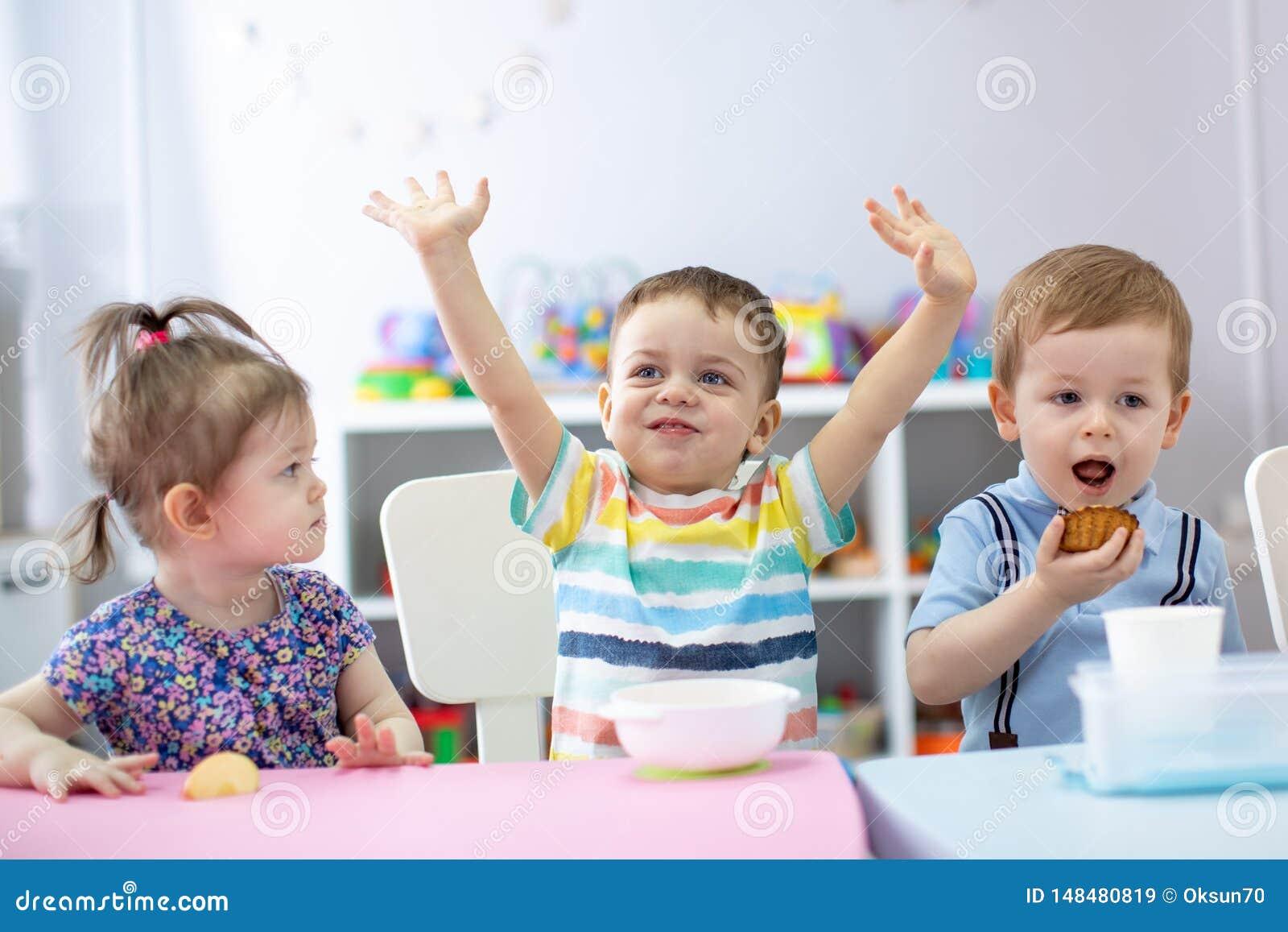 Grupa szczęśliwi dzieciaki lunch w dziecinu