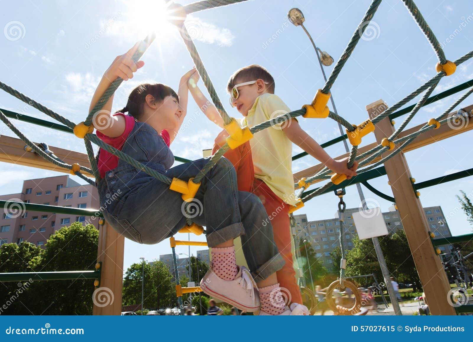 Grupa szczęśliwi dzieciaki na dziecka boisku