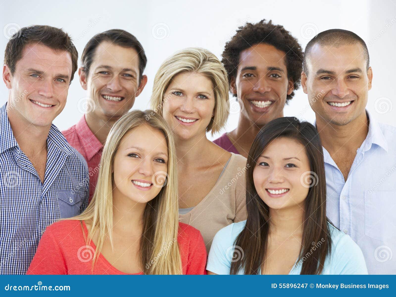 Grupa Szczęśliwi I Pozytywni ludzie biznesu W Przypadkowej sukni