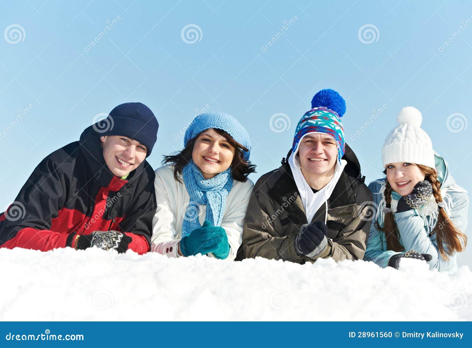 Grupa szczęśliwi młodzi ludzie w zimie