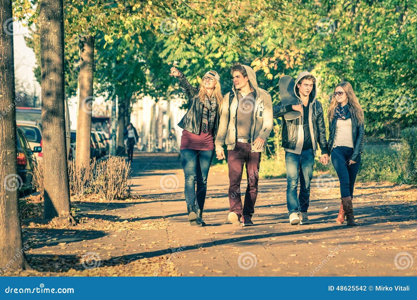 Grupa szczęśliwi najlepsi przyjaciele z alternatywną modą odziewa