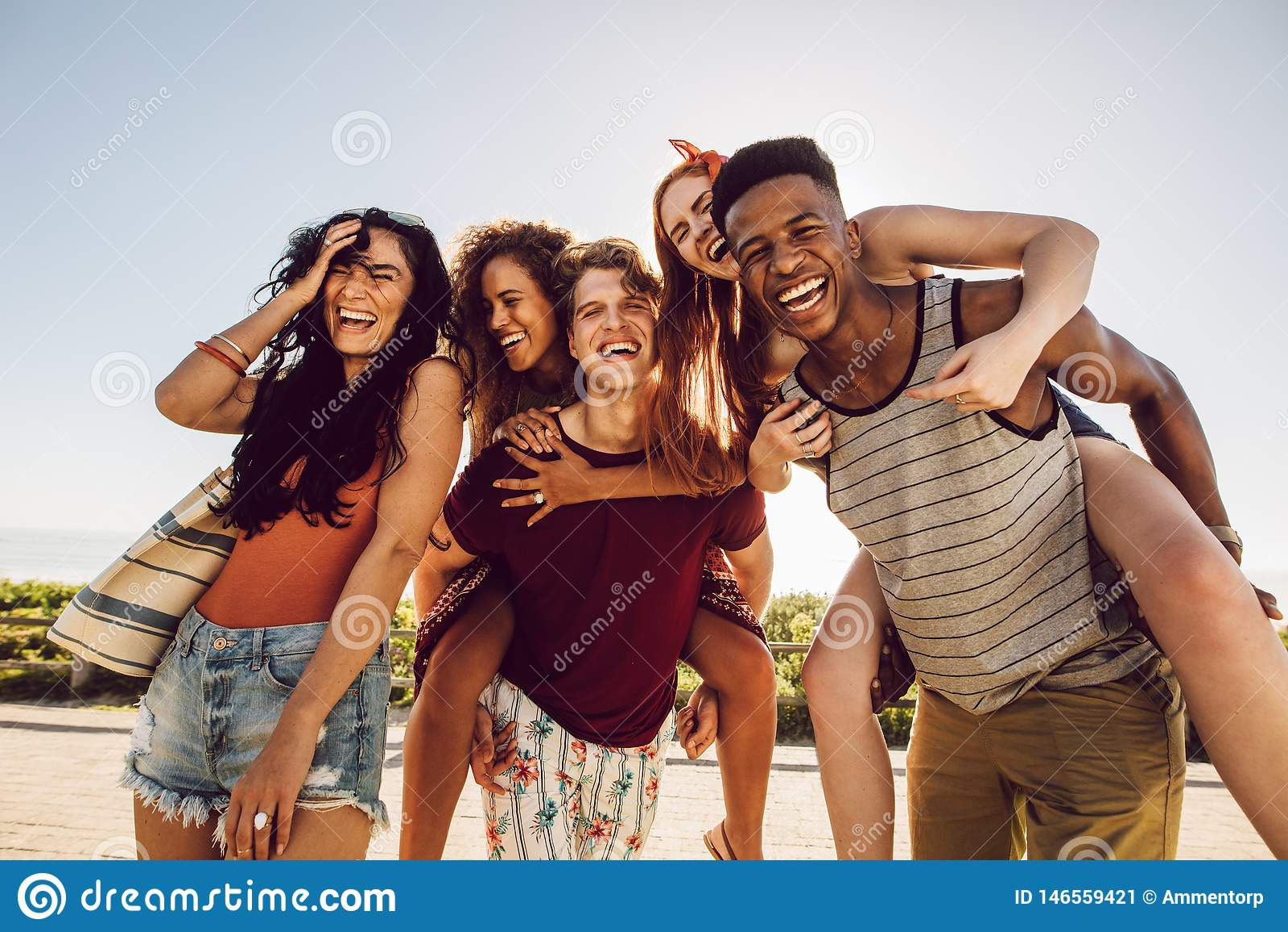 Grupa szczęśliwi przyjaciele ma zabawę wpólnie