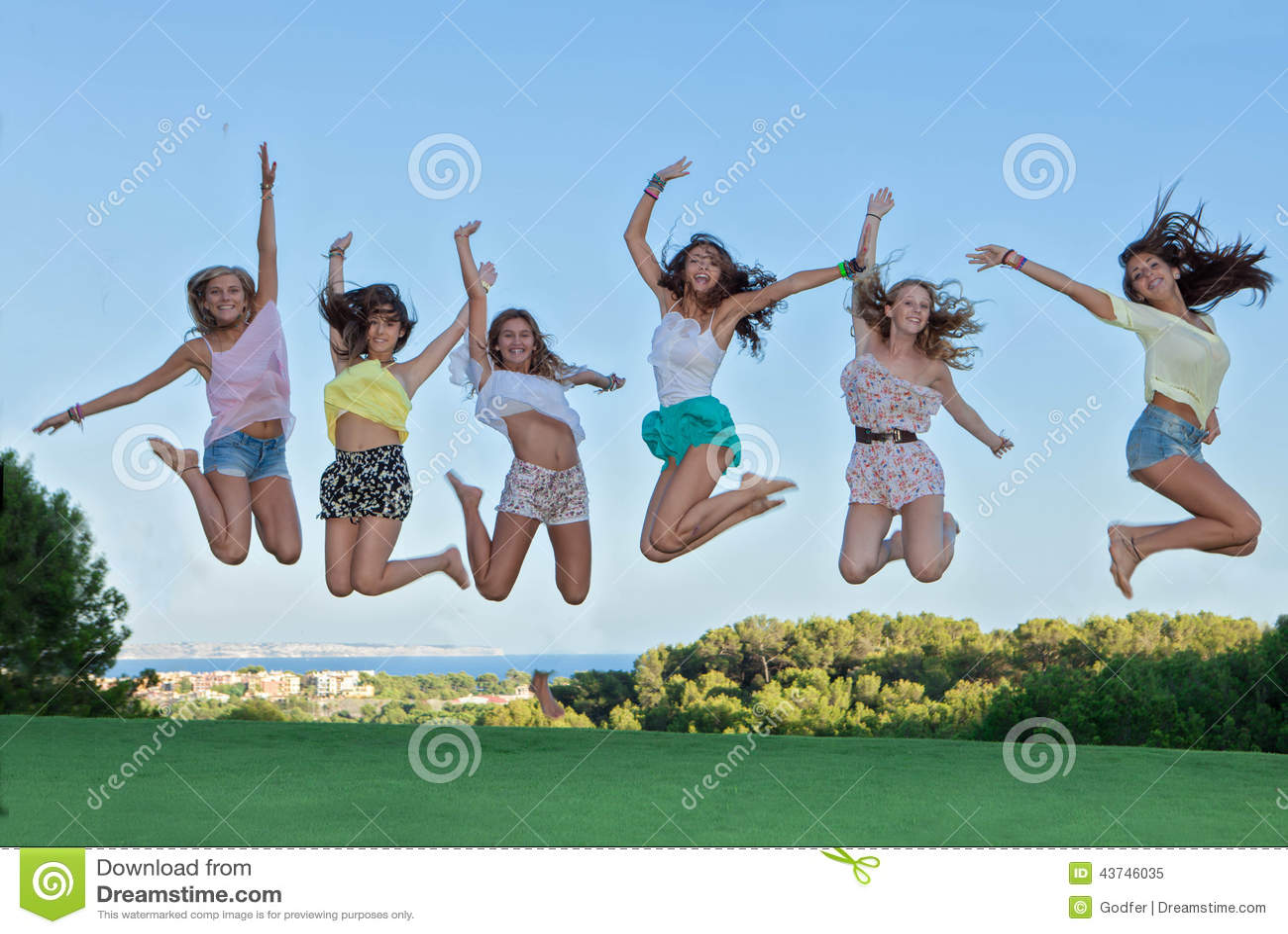 Grupa szczęśliwy wieków dojrzewania skakać,