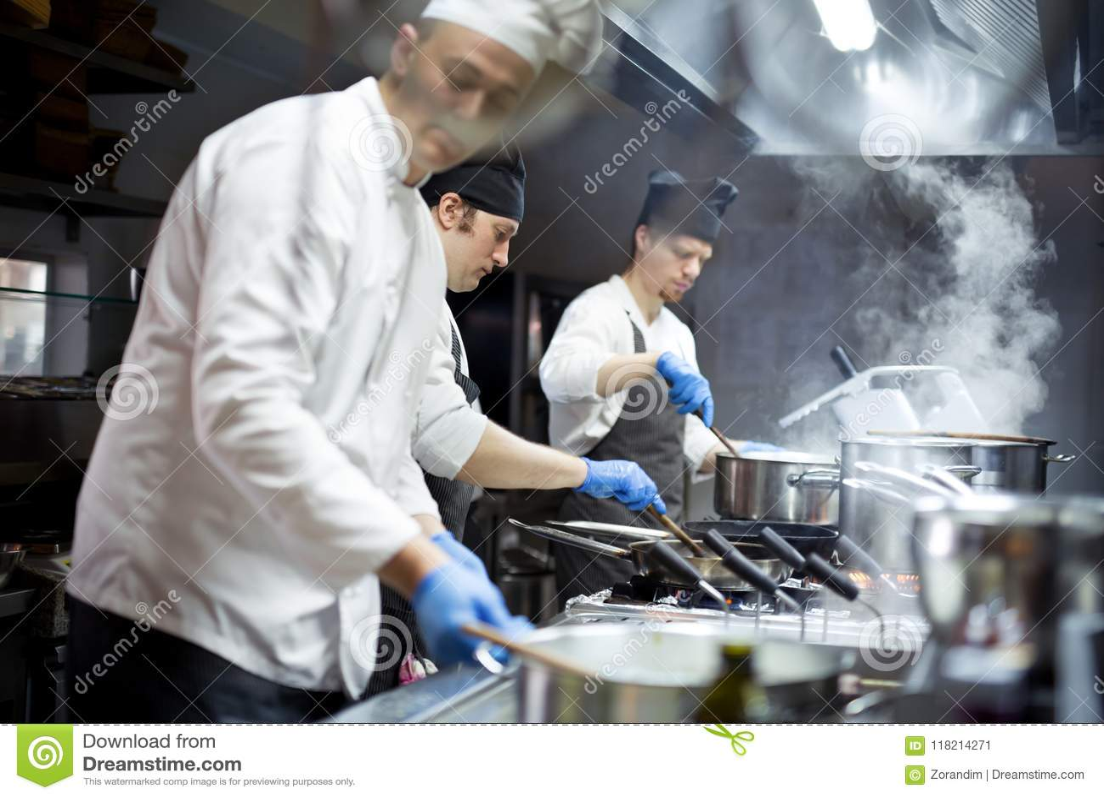 Grupa szefowie kuchni pracuje w kuchni