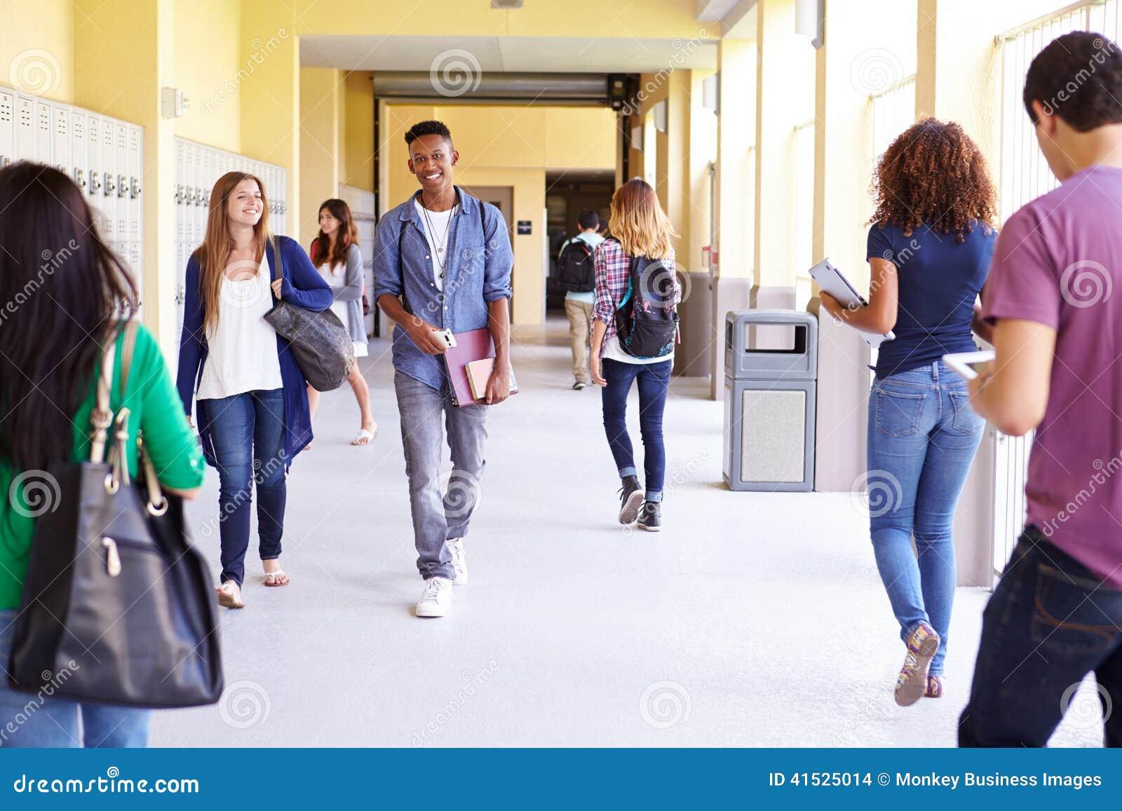 Grupa szkoła średnia ucznie Chodzi Wzdłuż korytarza