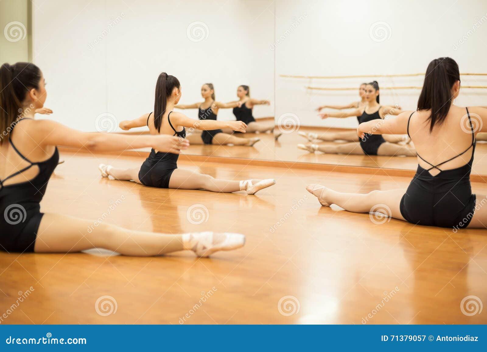 Grupa tancerze rozgrzewkowi up w studiu