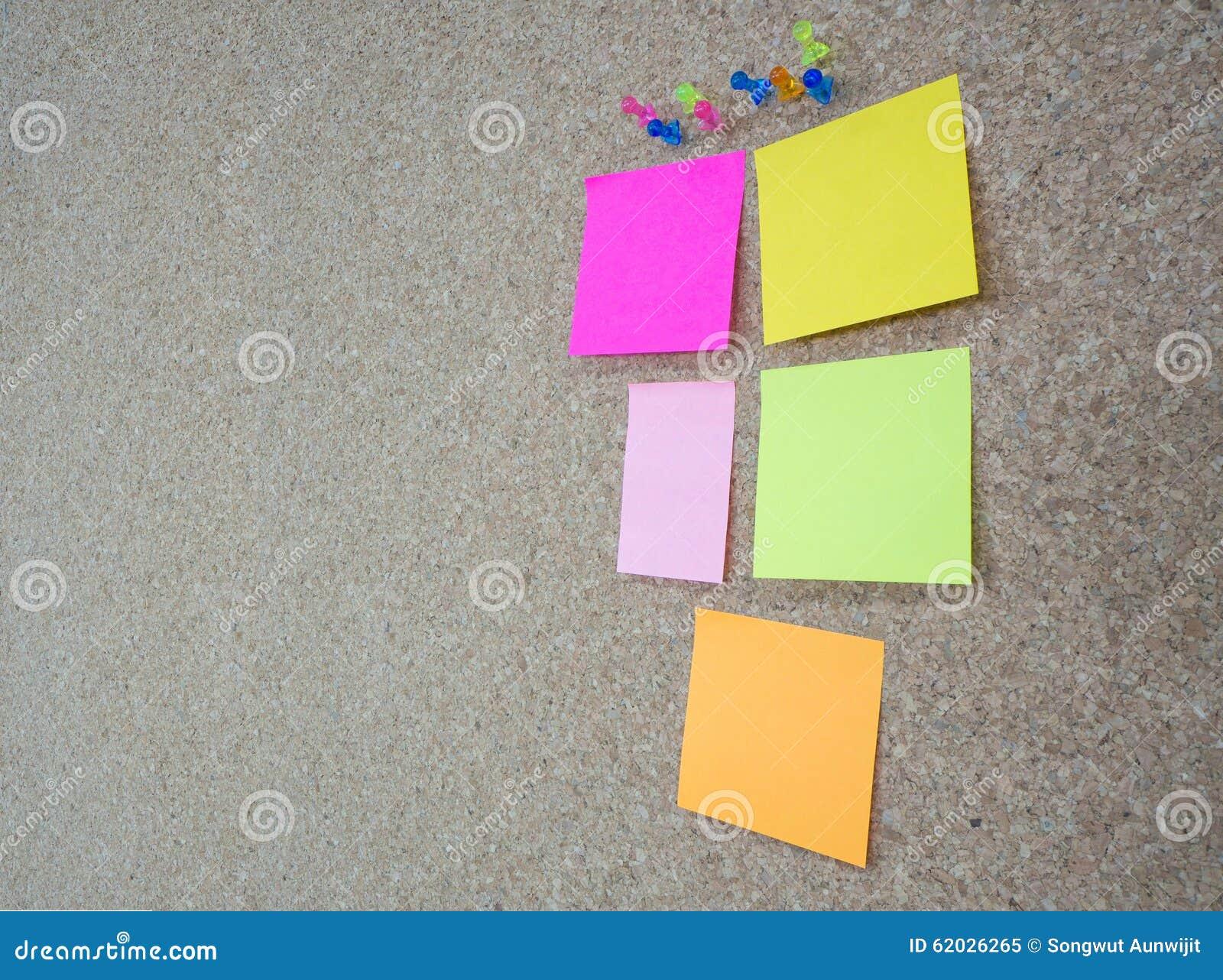 Grupa thumbtacks przyczepiający i memorandum notatki na korku wsiadamy