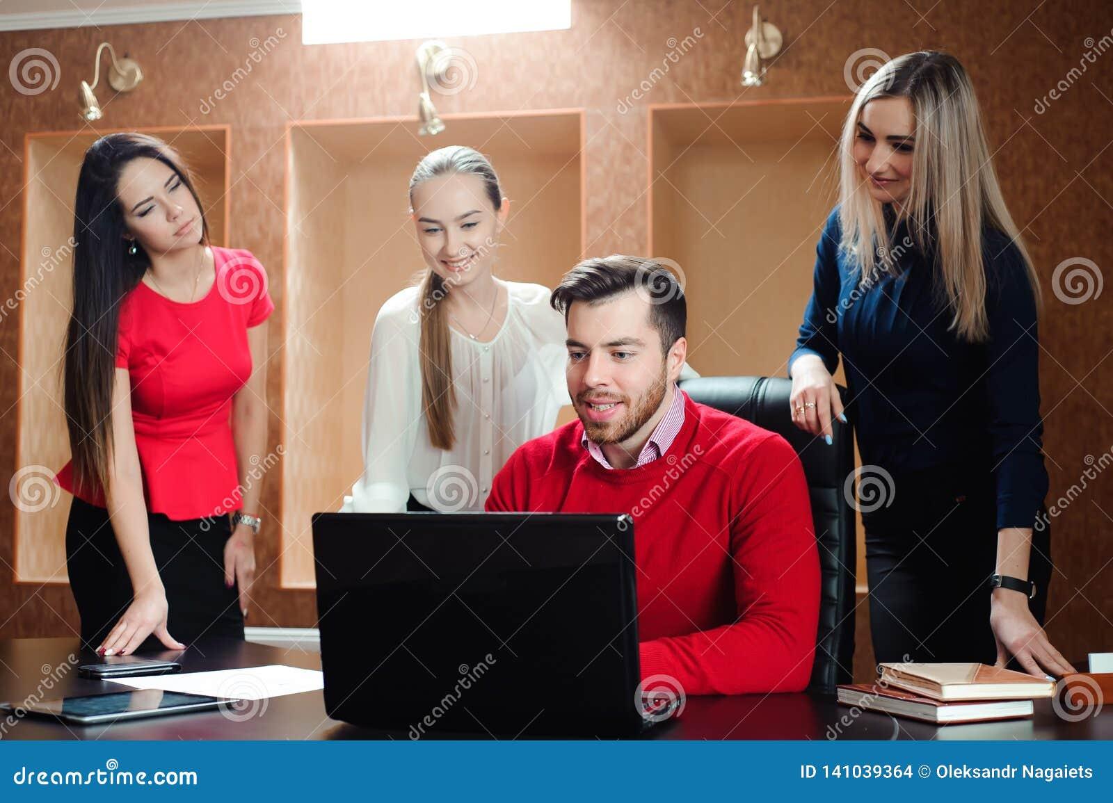 Grupa uśmiechać się inspirowanych młodych ludzi biznesu pracuje wpólnie w biurze