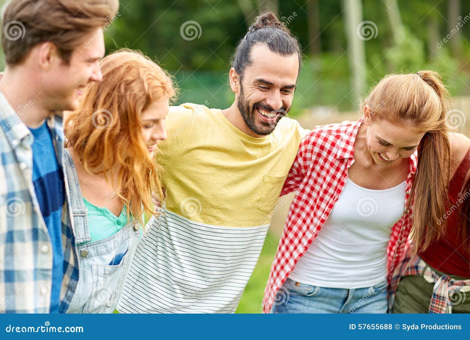 Grupa uśmiechnięci przyjaciele outdoors
