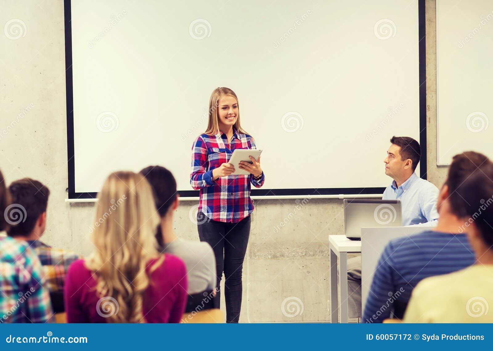 Grupa uśmiechnięci ucznie i nauczyciel w sala lekcyjnej