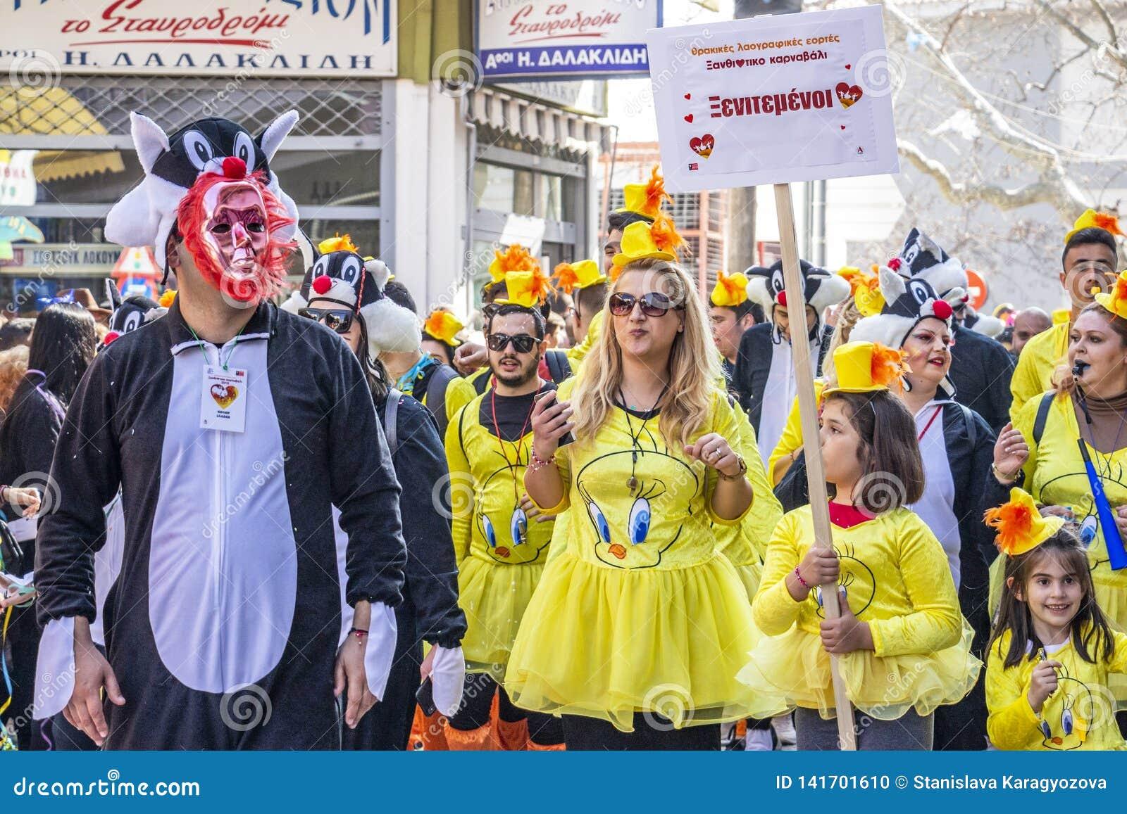 Grupa ubierający karnawałowej parady uczestnicy w Xanthi, northeastern Grecja