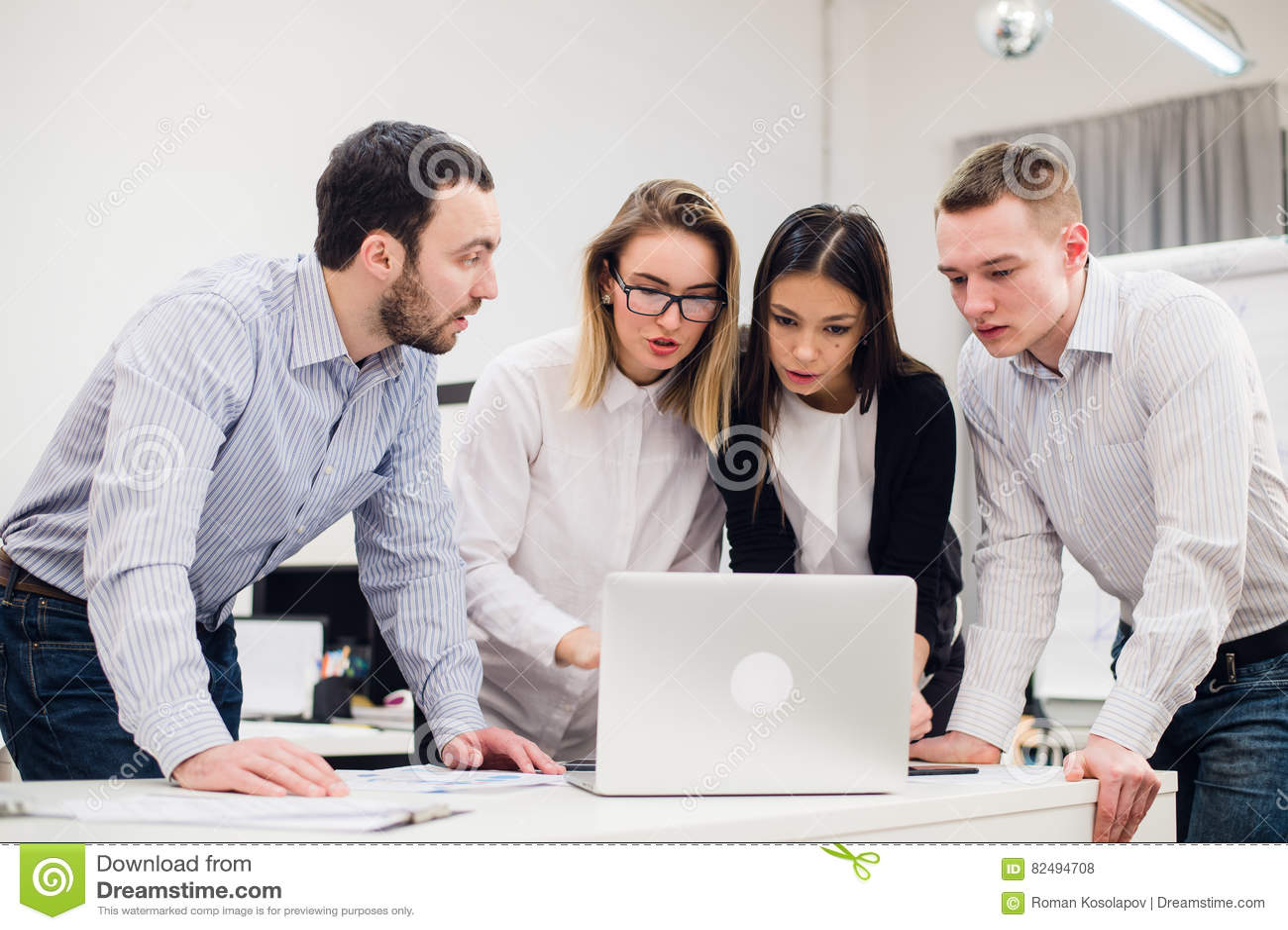 Grupa urzędnicy Spotyka Dyskutować pomysły