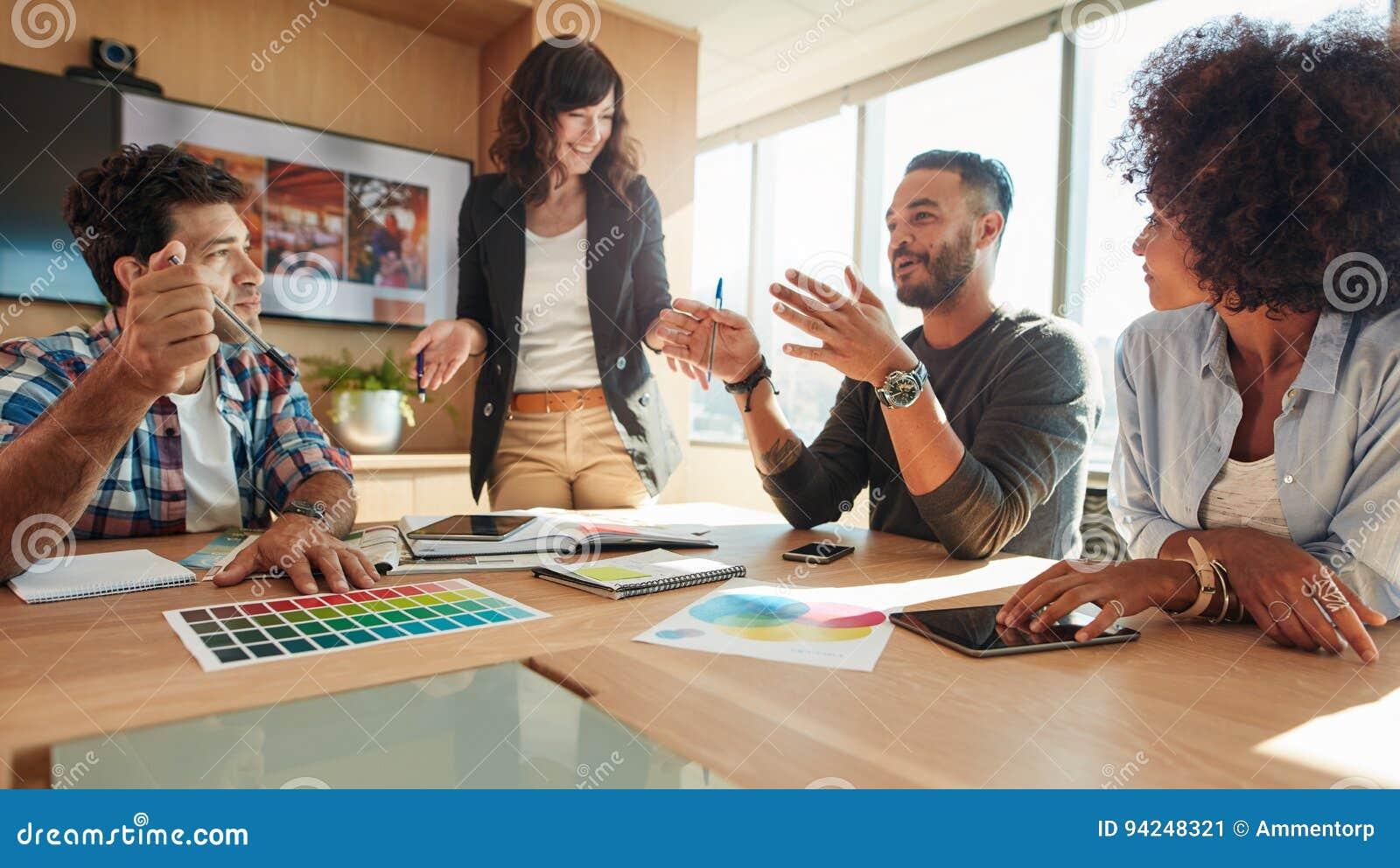 Grupa wielo- etniczni ludzie podczas biznesowego spotkania