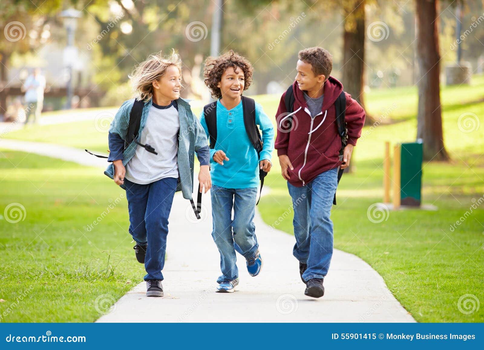 Grupa Young Boys bieg W kierunku kamery W parku