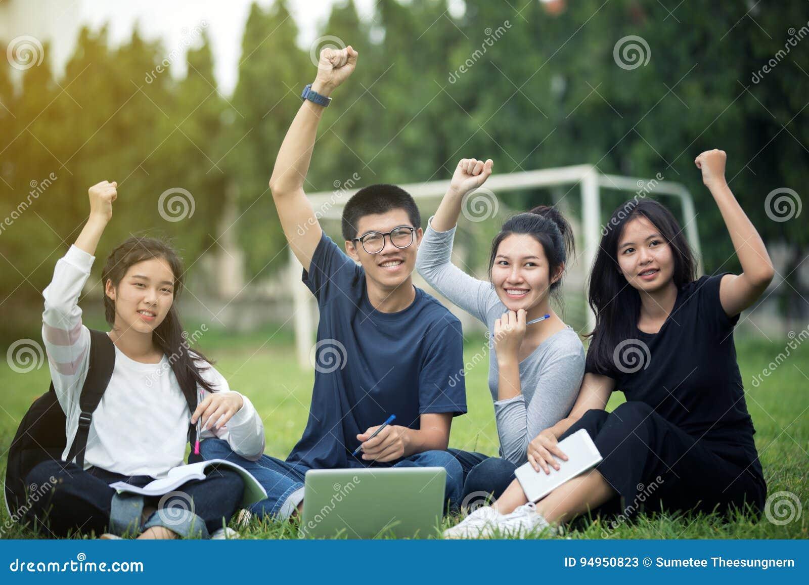 Grupo asiático de sucesso dos estudantes e de conceito de vencimento - chá feliz
