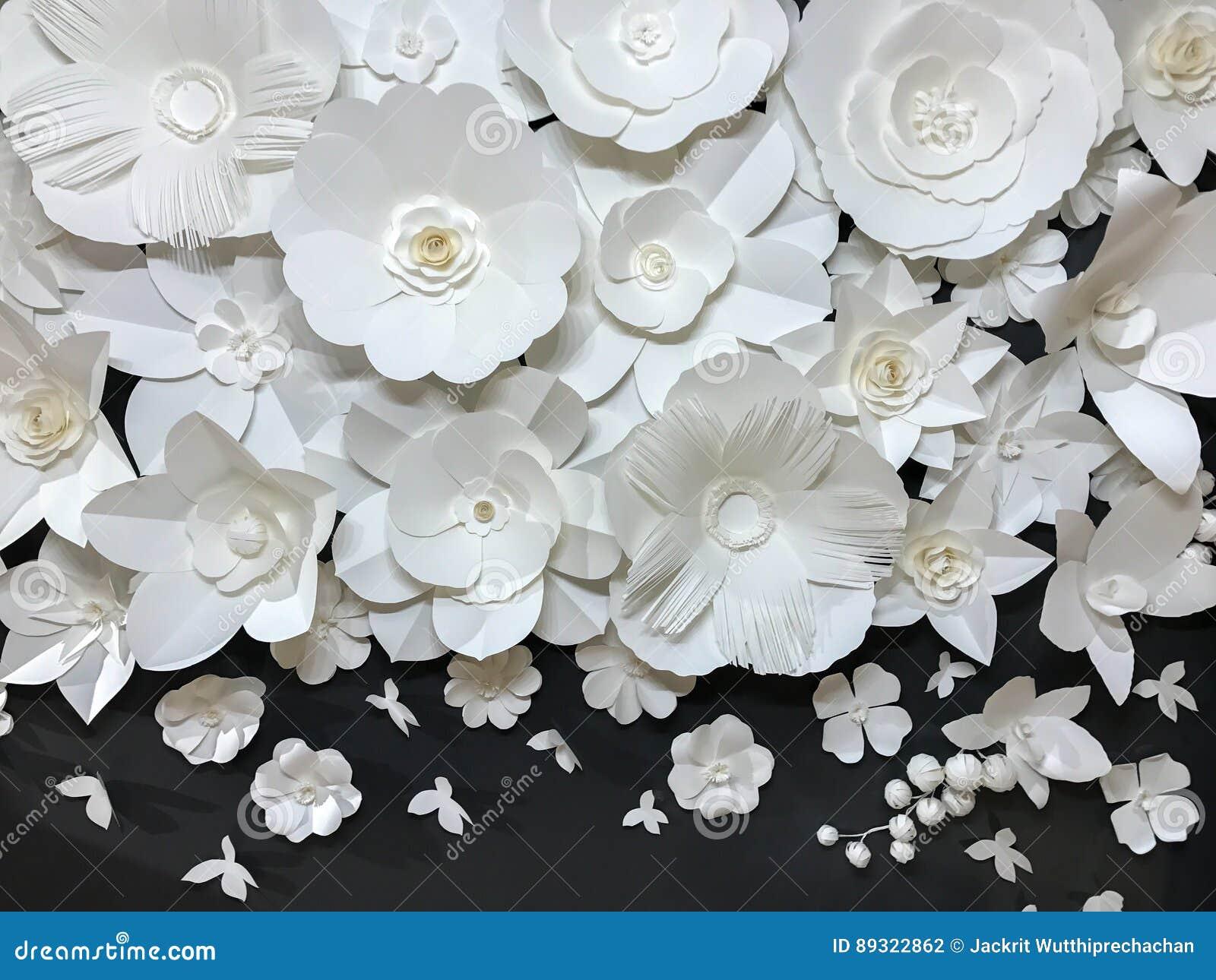Grupo bonito de teste padrão floral branco feito a mão de Quilling do estilo da variedade com a borboleta pequena feita do papel
