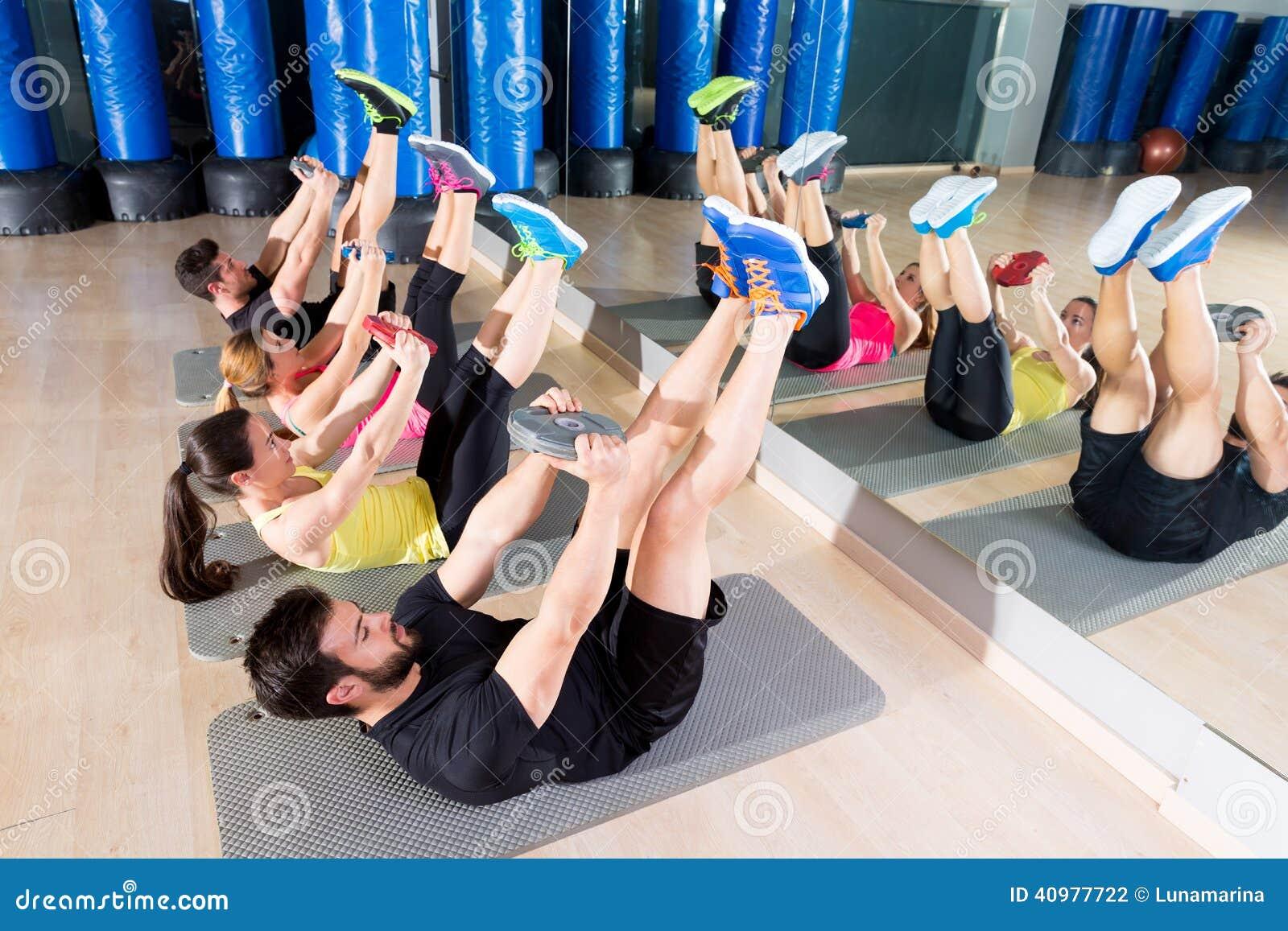 Circuito Gym : Tiro blanco y negro de la gente en el entrenamiento del circuito