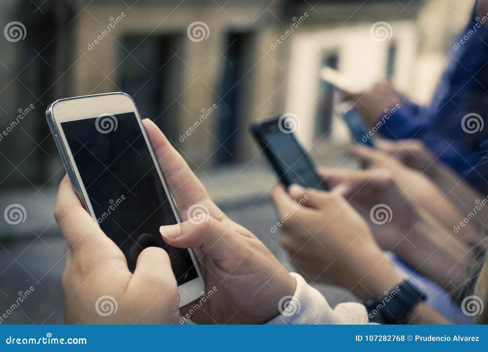 Grupo con los teléfonos móviles