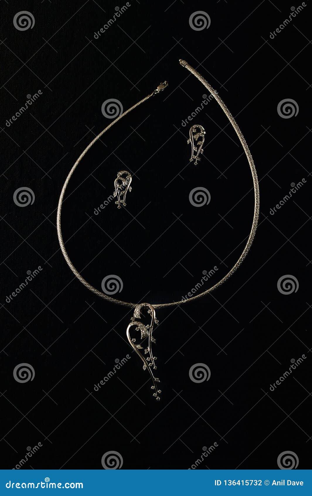 Grupo da colar do diamante e do ouro branco