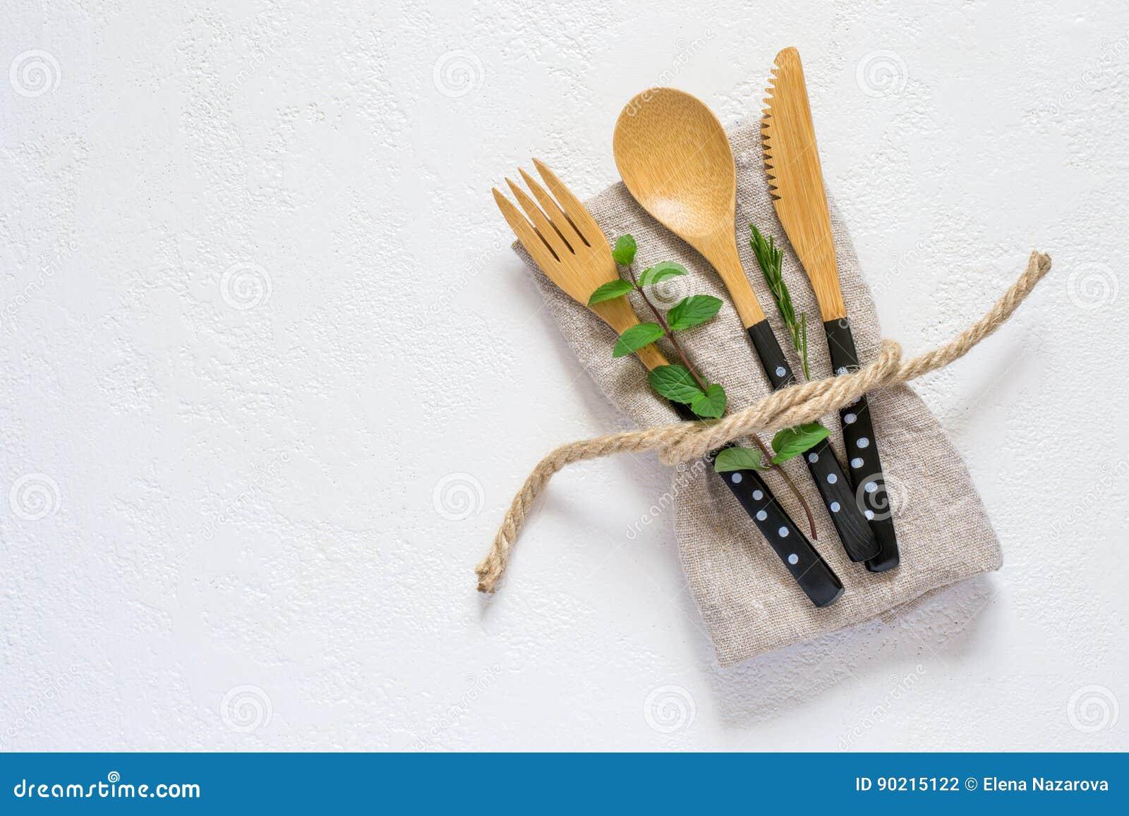 Grupo da cutelaria e do guardanapo de bambu em um fundo branco naughty
