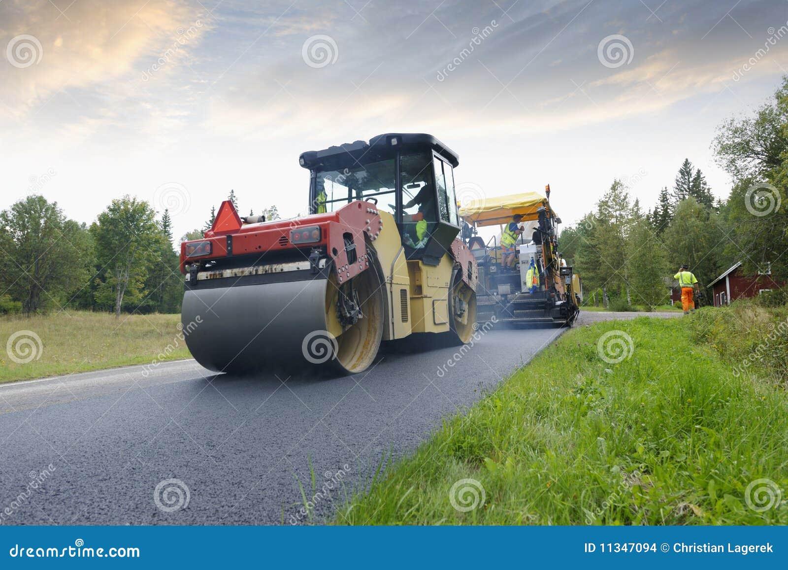 Grupo da máquina de pavimentação em road-works
