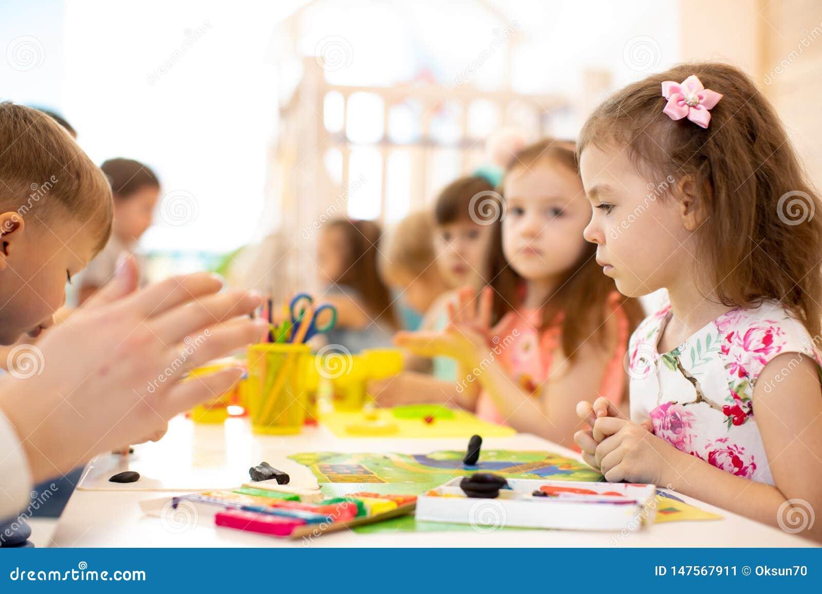 Grupo das crianças que aprende artes e ofícios no centro de guarda