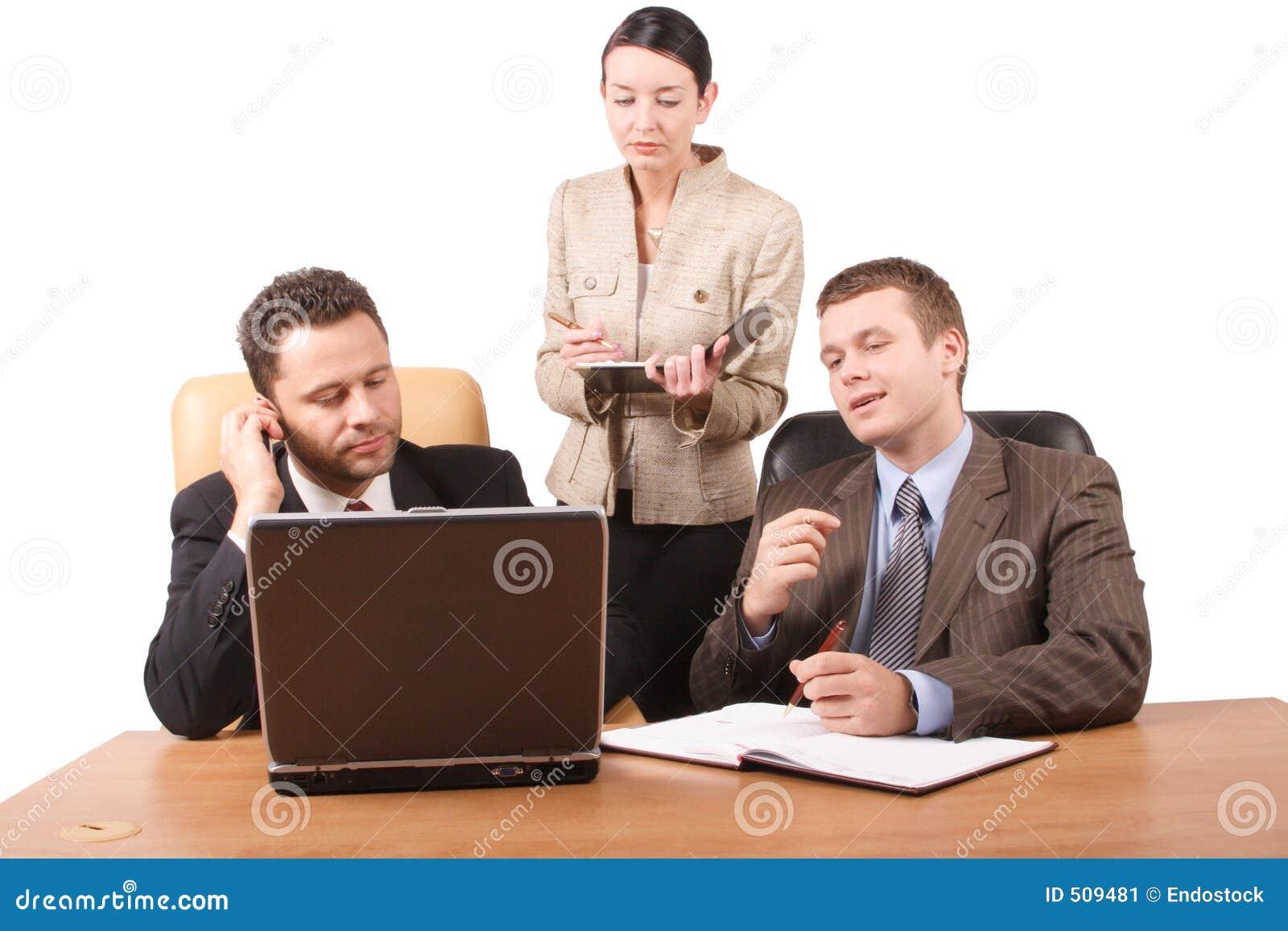 Grupo de 3 executivos que trabalham junto com o portátil no escritório - 2 horizontais, isolado