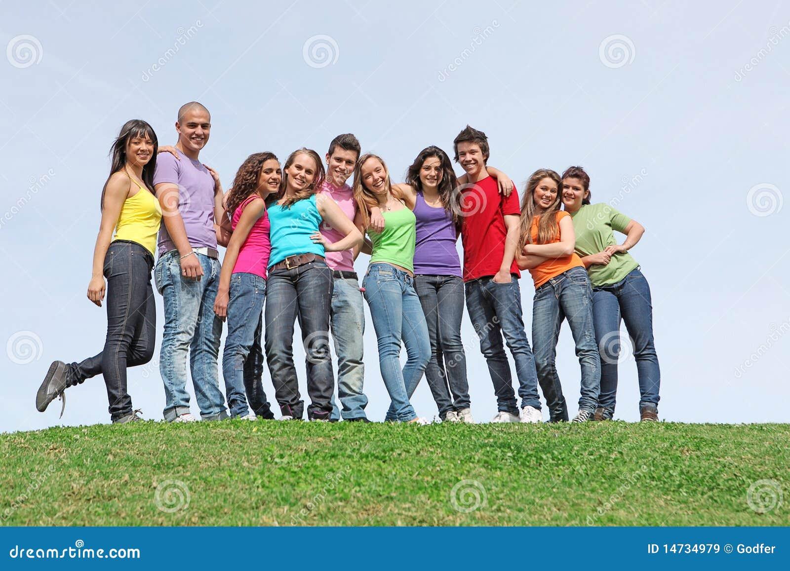 Grupo de adolescencias en el campamento de verano