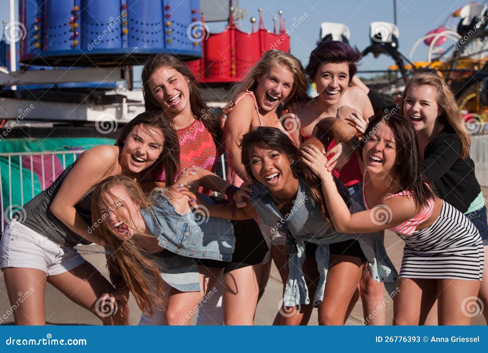 Grupo de adolescentes Giggling