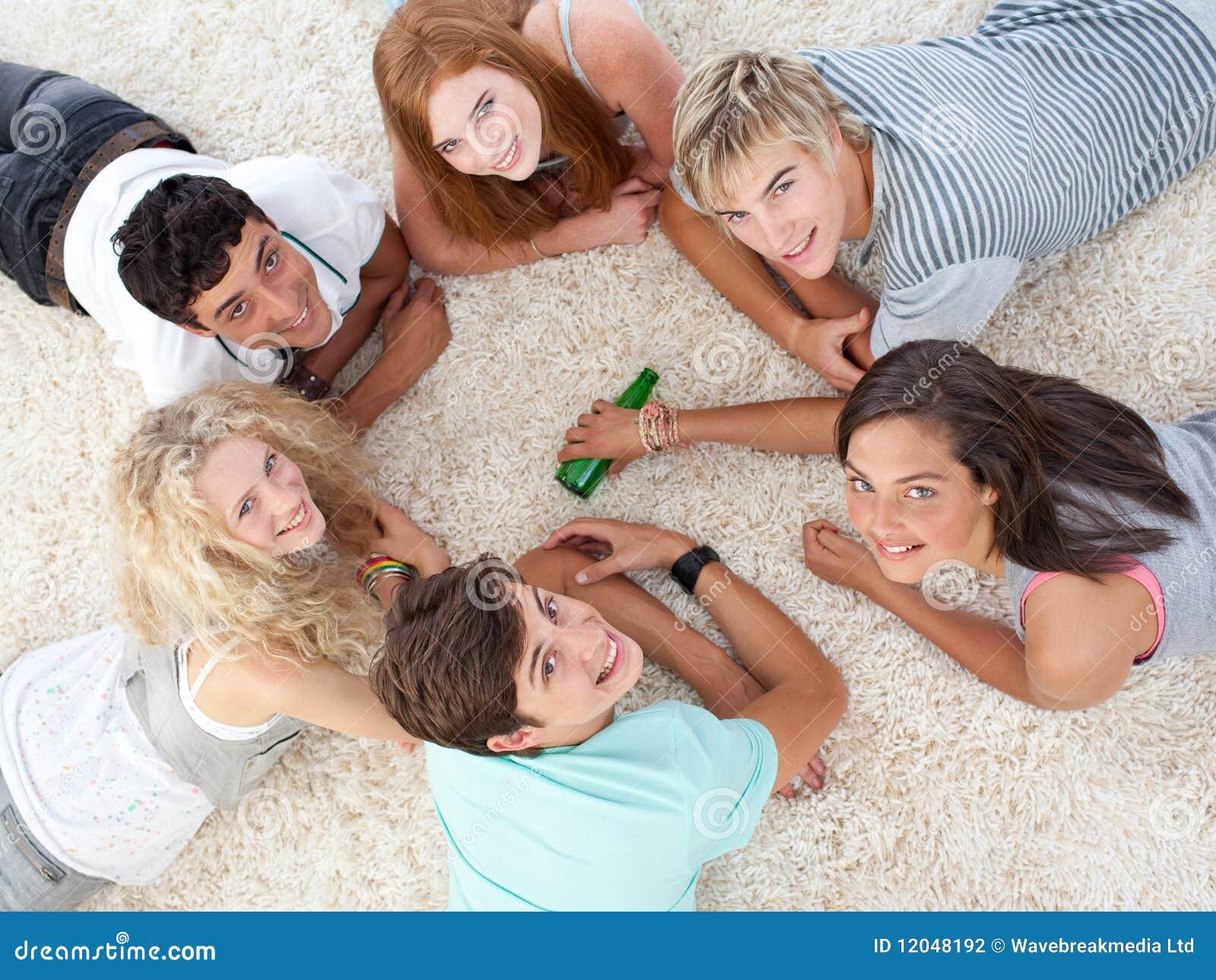 Grupo de adolescentes que jogam a rotação o frasco