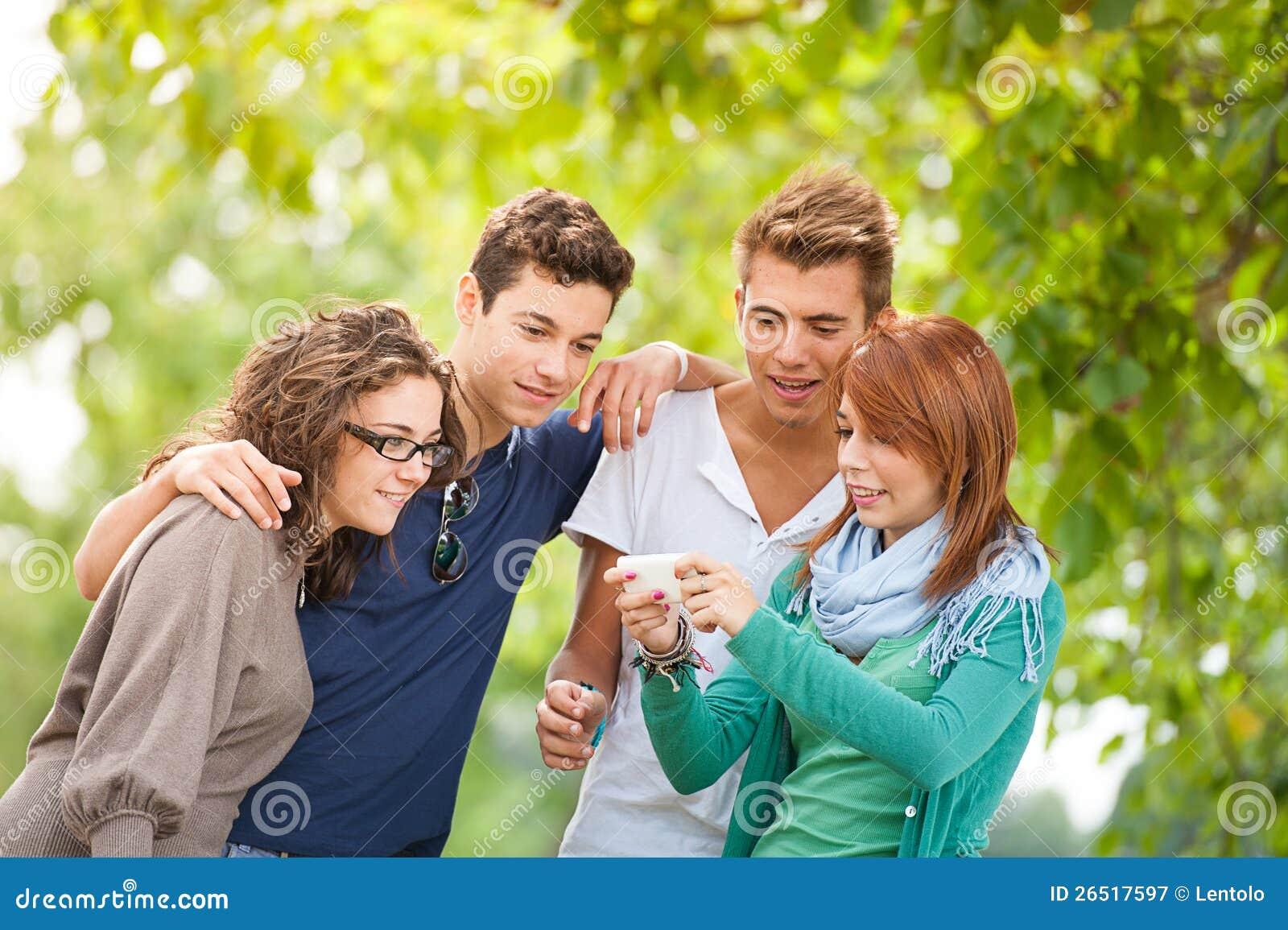 Grupo de adolescentes que levantam para uma fotografia do grupo