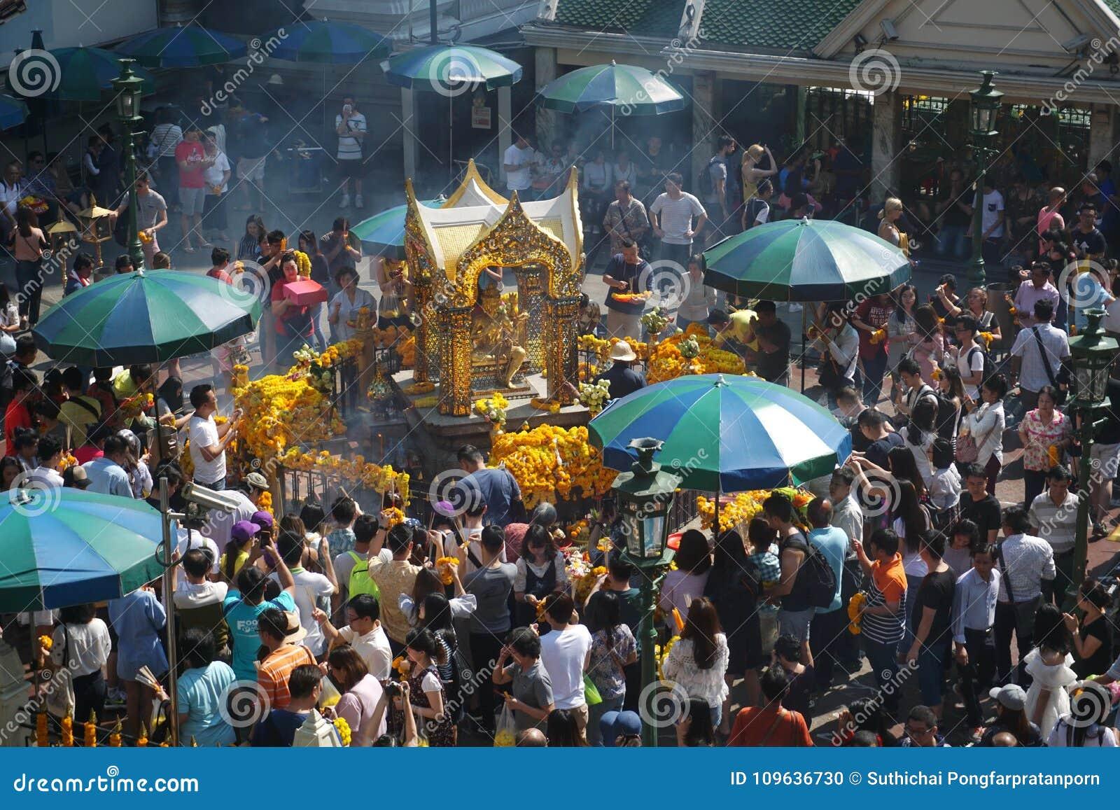 Grupo de adoración del viajero a Brahma en el distrito de Ratchaprasong, Bangkok, Tailandia el 1 de enero de 2018