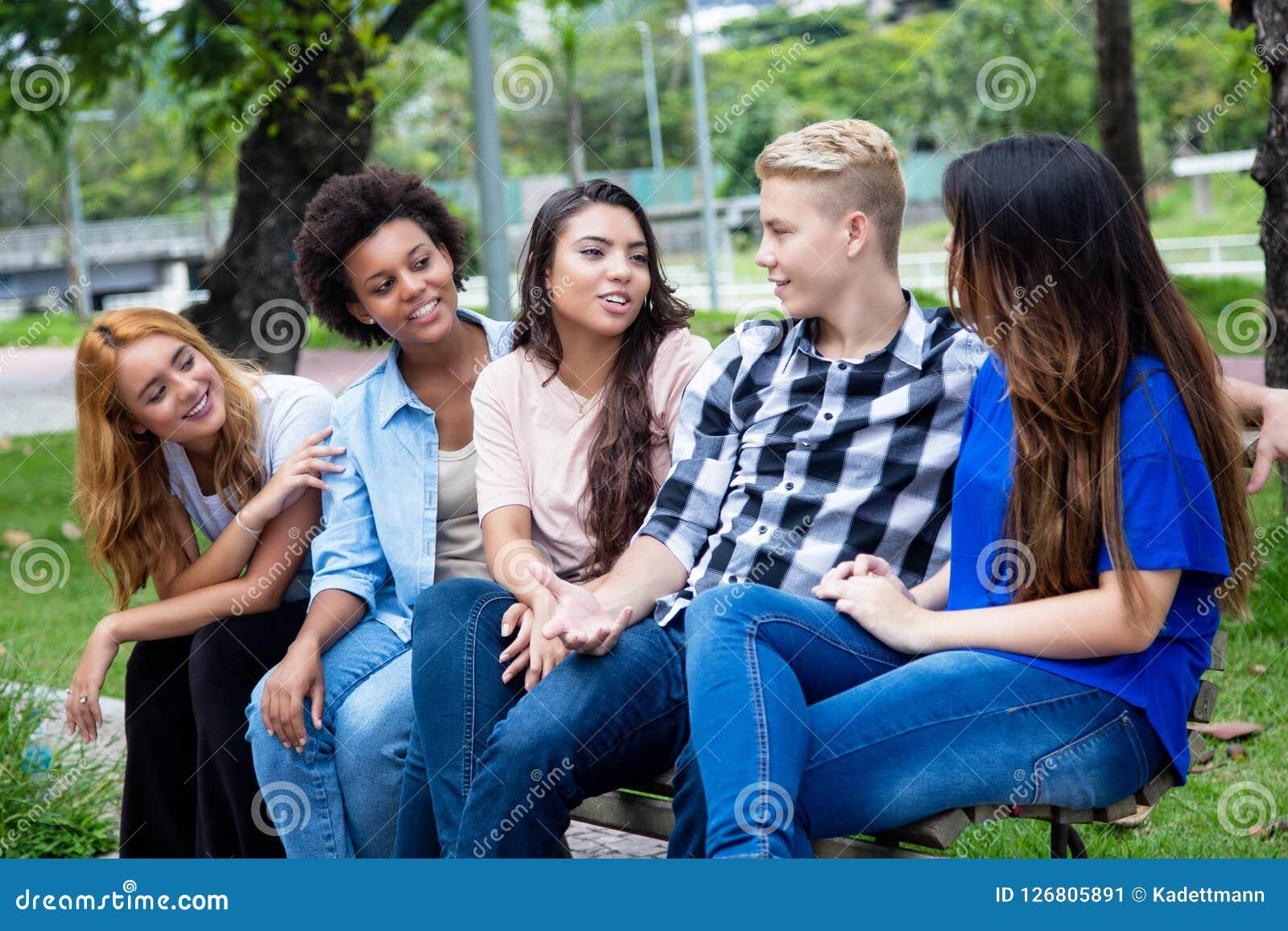Grupo de adultos novos latino-americanos e africanos de fala