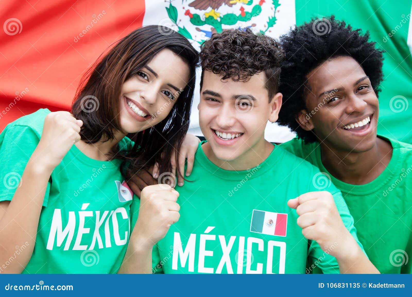 Grupo de aficionados al fútbol mexicanos con la bandera de México